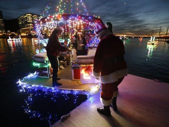 Papá Noel se sube a su carroza antes del Desfile de barcos de la fantasía con luces en el Lago Tempe Town el 9 de diciembre de 2017 en Tempe.