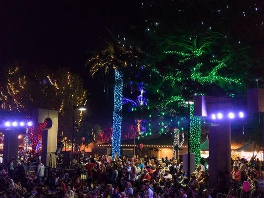 Una de las muchas actuaciones en el escenario principal del Glendale Glitters Spectacular Weekend, el viernes 24 de noviembre de 2017, en Murphy Park, en el centro de Glendale, Arizona.