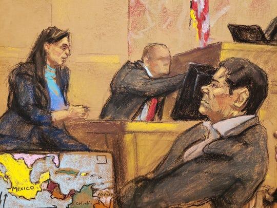 """Reproducción fotográfica de un dibujo realizado por la artista Jane Rosenberg donde aparece el narcotraficante mexicano Joaquín """"El Chapo"""" Guzmán (der) mientras escucha los testimonios el lunes 26 de noviembre de 2018, durante una audiencia en el tribunal del Distrito Sur en Brooklyn, Nueva York."""