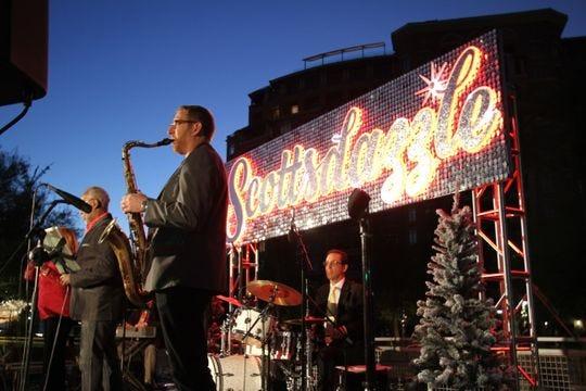 Las festividades en el centro de Scottsdale durante Scottsdazzle incluyeron una iluminación de árboles y música en vivo la noche de apertura.