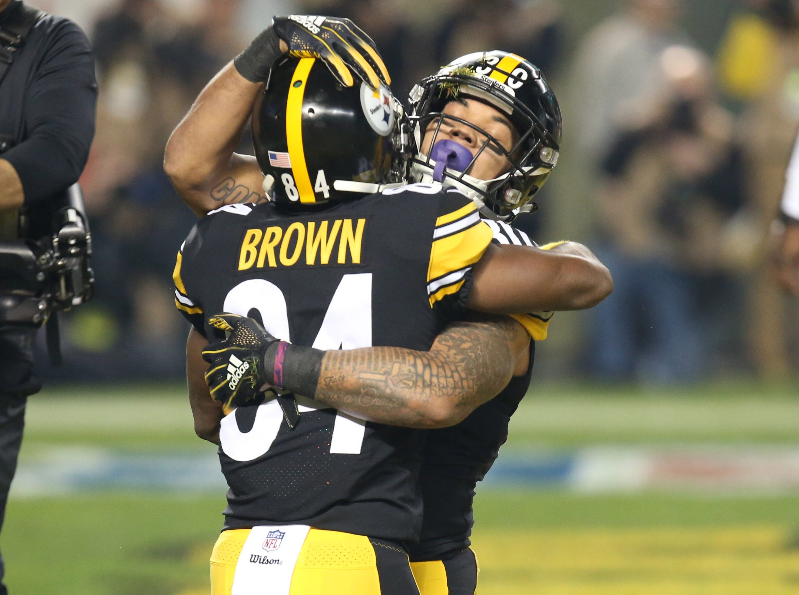 Steelers running back James Conner celebrates his touchdown with wide receiver Antonio Brown in the first quarter against the Chargers.