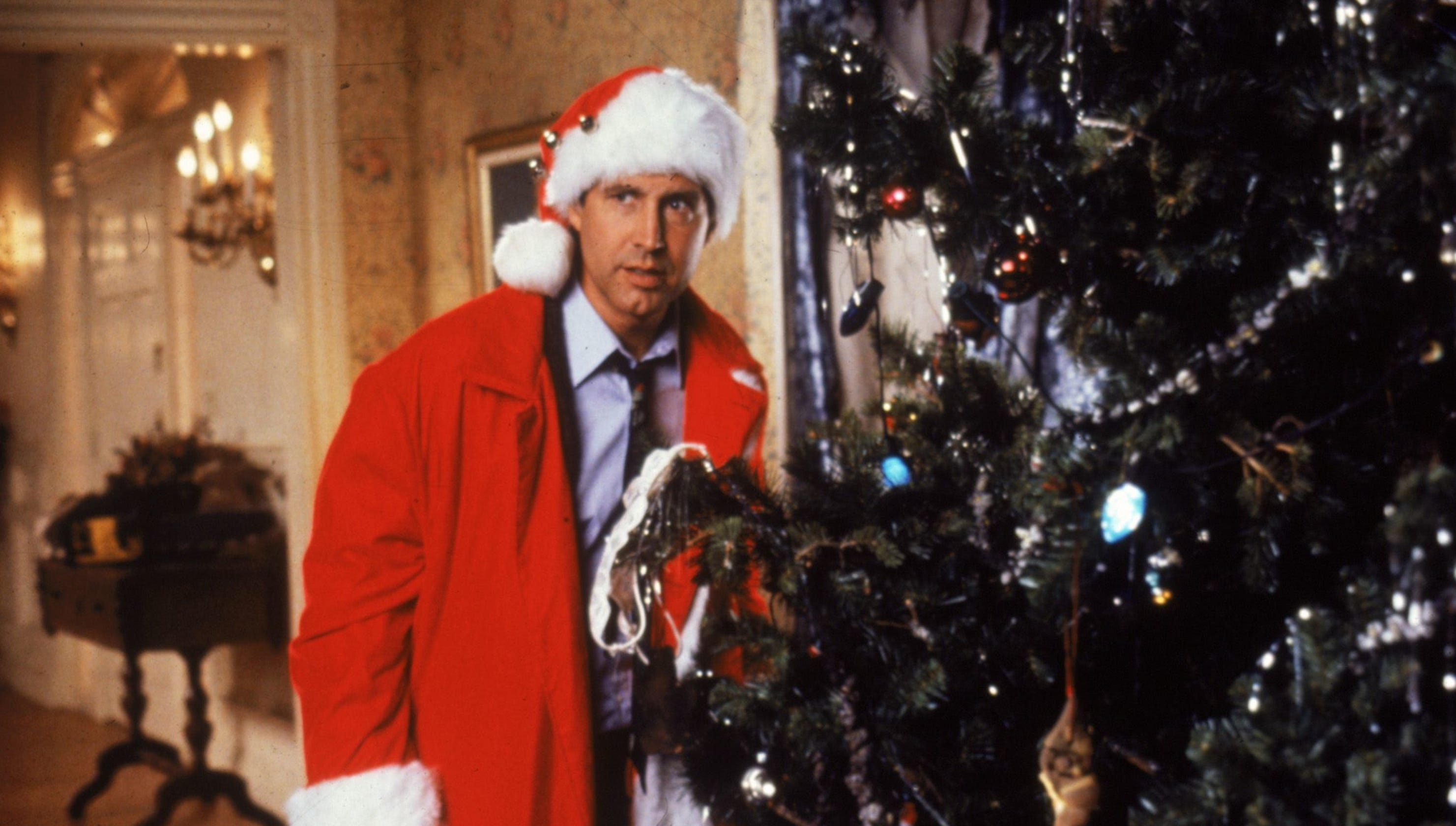 Griswold Christmas.Passerby Calls 911 After Seeing Clark Griswold Hanging Off