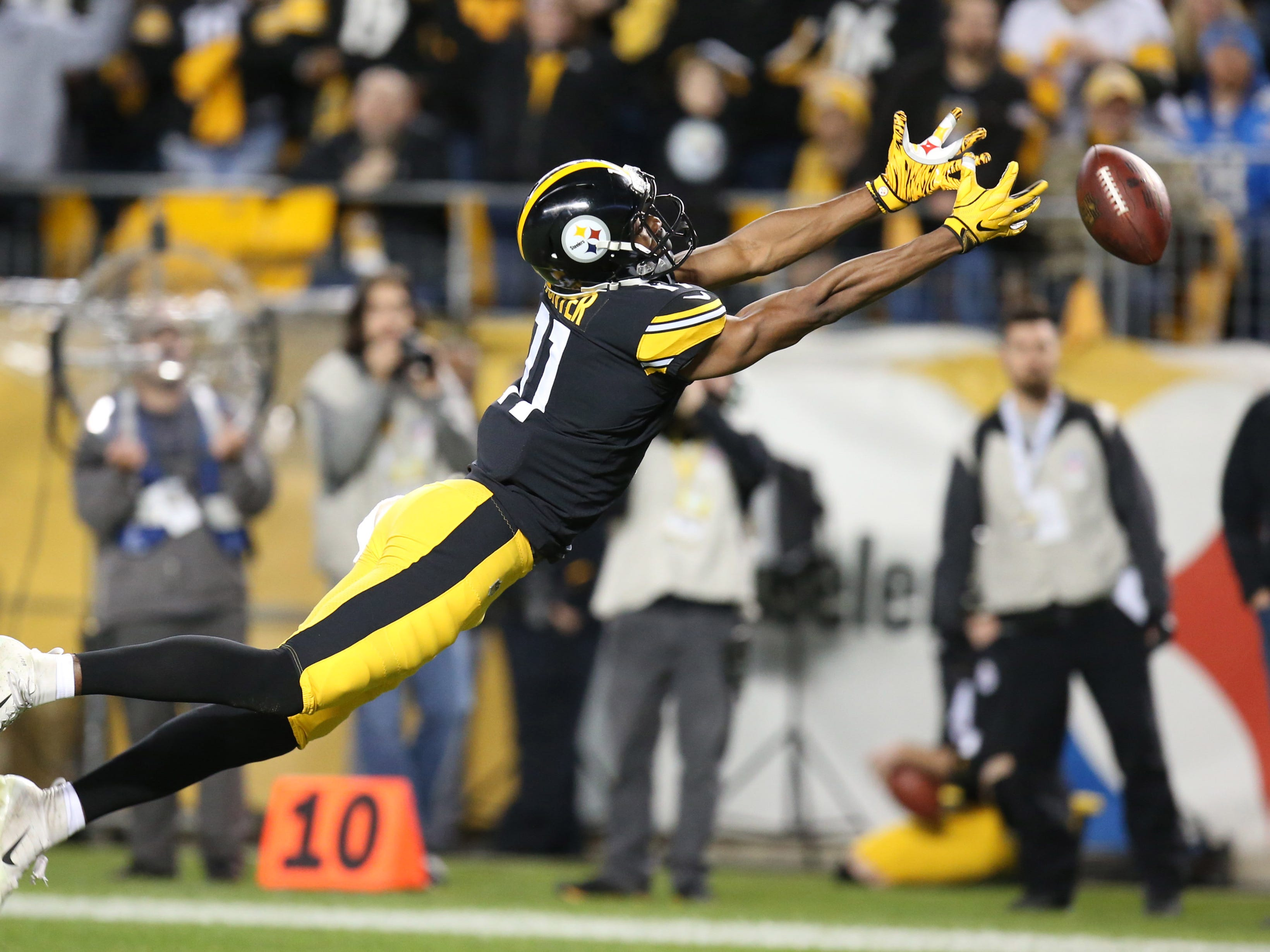 Steelers wide receiver Justin Hunter dives but can't make a catch against the Chargers.