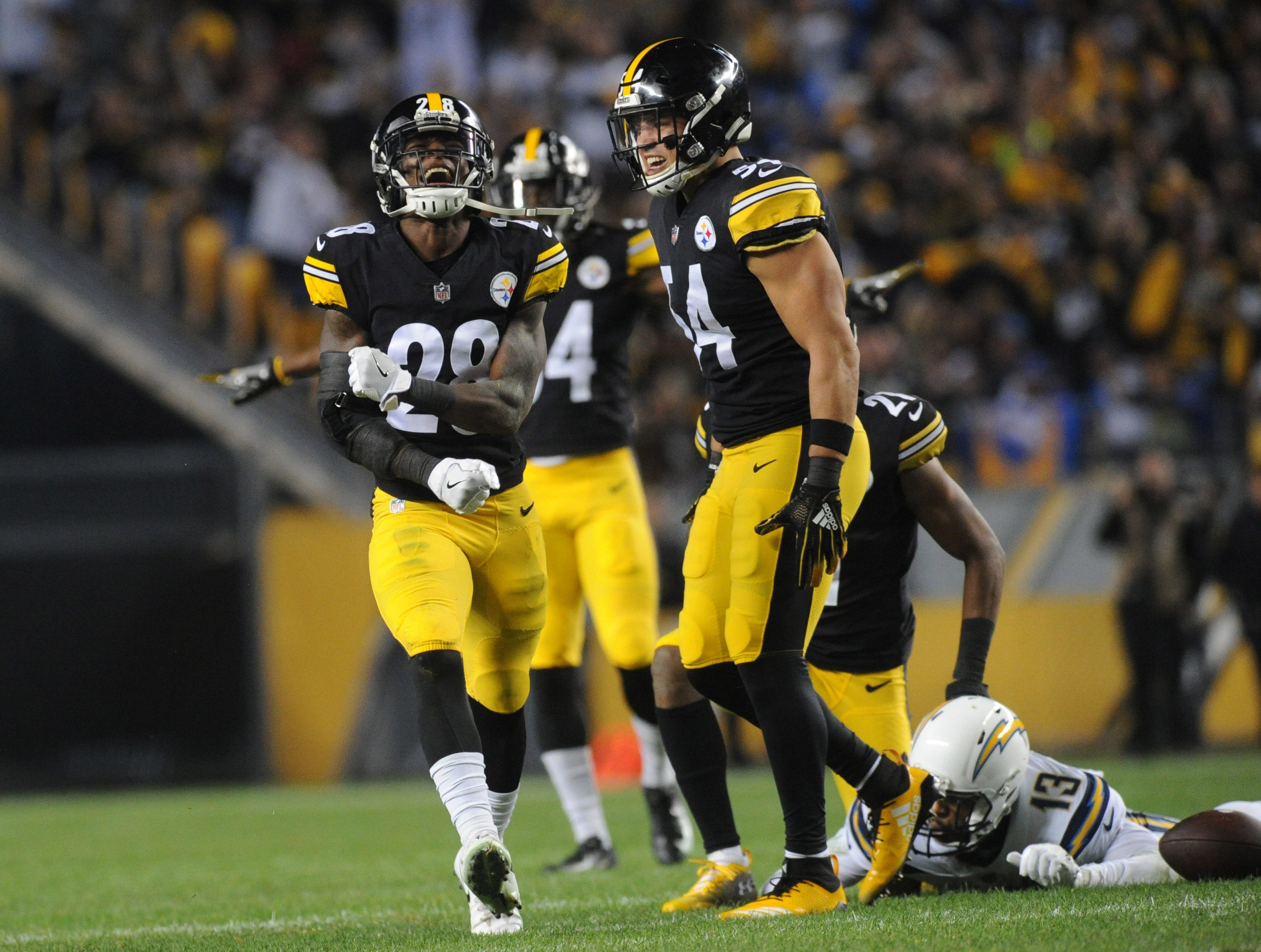 Steelers defenders react after a play in the first quarter.