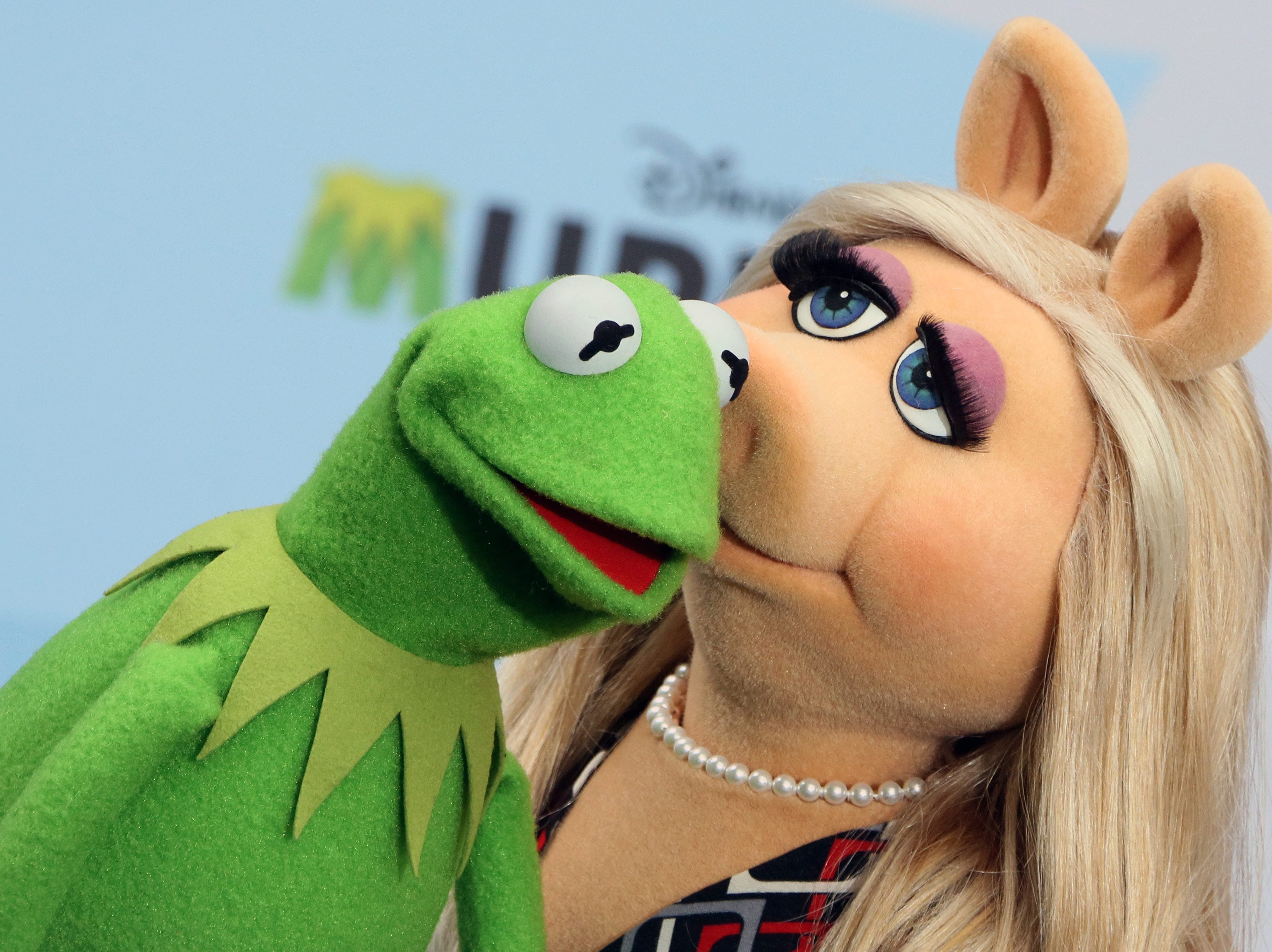 epa04872930 (FILE) A file picture dated 28 March 2014 of The Muppet Show characters Kermit the Frog (L) and Miss Piggy (R) at a photocall for the movie 'Muppets Most Wanted' at the Sony Center in Berlin, Germany. According to reports, the couple announced their split on 04 August 2015.  EPA/STEPHANIE PILICK *** Local Caption *** 51302624 ORG XMIT: ber052