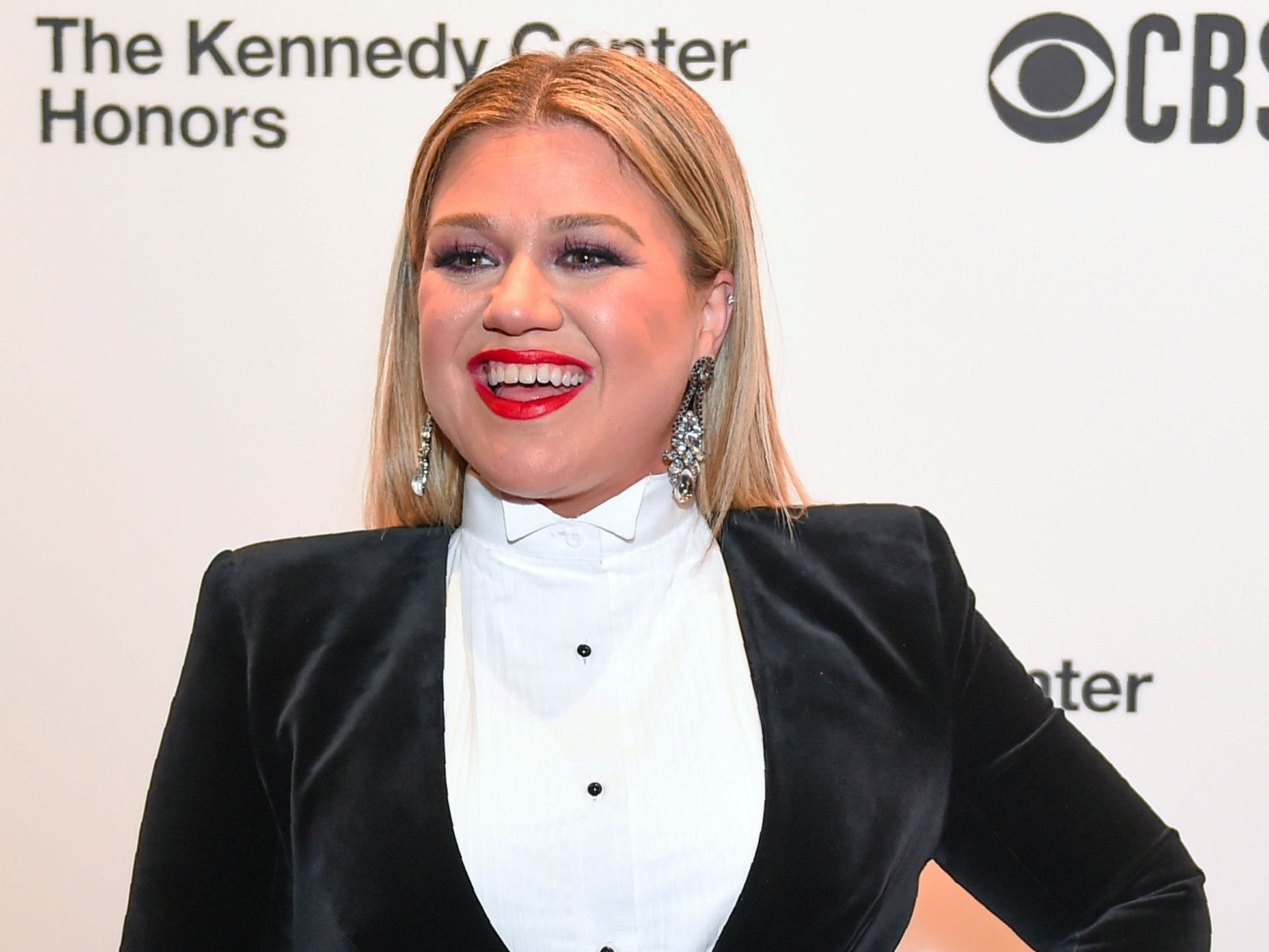 "Kelly Clarkson went from looking stylish upon arrival to giving the crowd ""Fancy,"" when she performed in honor of Reba McEntire."