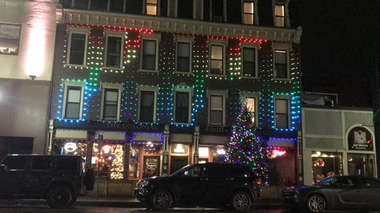 The Colonial's choreographed light show plays periodically throughout the evening.