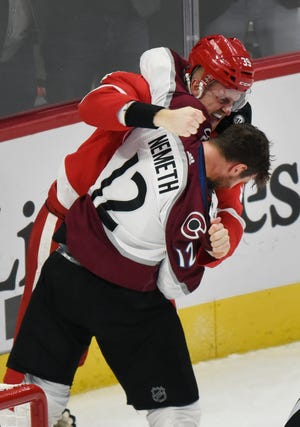 Penyerang Red Wings Anthony Mantha bertarung dengan pemain bertahan Colorado Avalanche, Patrik Nemeth.