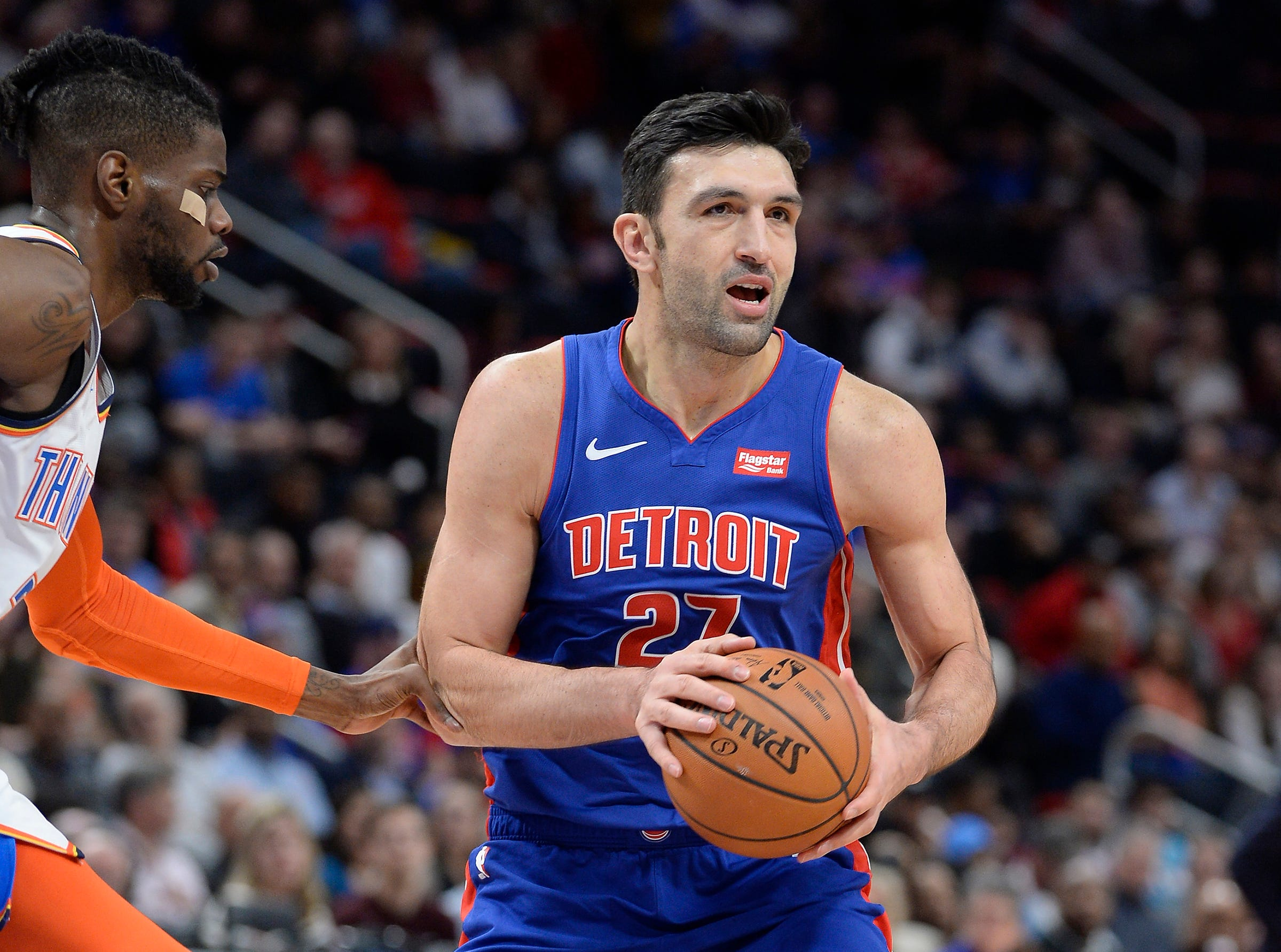 Pistons' ZaZa Pachulia looks to make a pass in front of Thunder's Nerlens Noel in the second quarter.