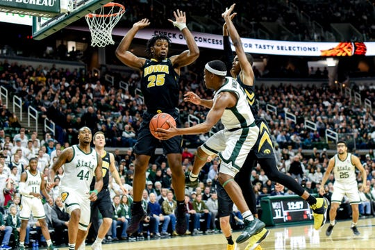 Cassius Winston passes the ball to Nick Ward against Iowa on Dec. 3, 2018, at the Breslin Center.