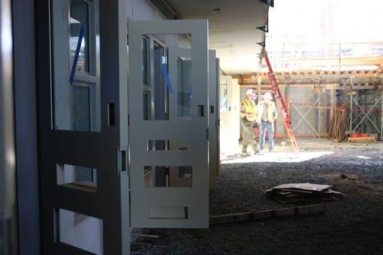 Las puertas de las celdas permanecen abiertas en un piso de la Cárcel del Condado de Monterey que no se ha terminado.