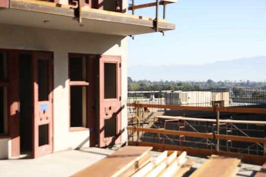 Una vista de las montañas a través del borde de una unidad del nuevo edificio de la Cárcel del Condado de Monterey. Aunque los internos no tendrán ventanas hacia el exterior desde sus celdas, los patios estarán cercados con malla, que les permitirá disfrutar del aire fresco y la luz del sol.