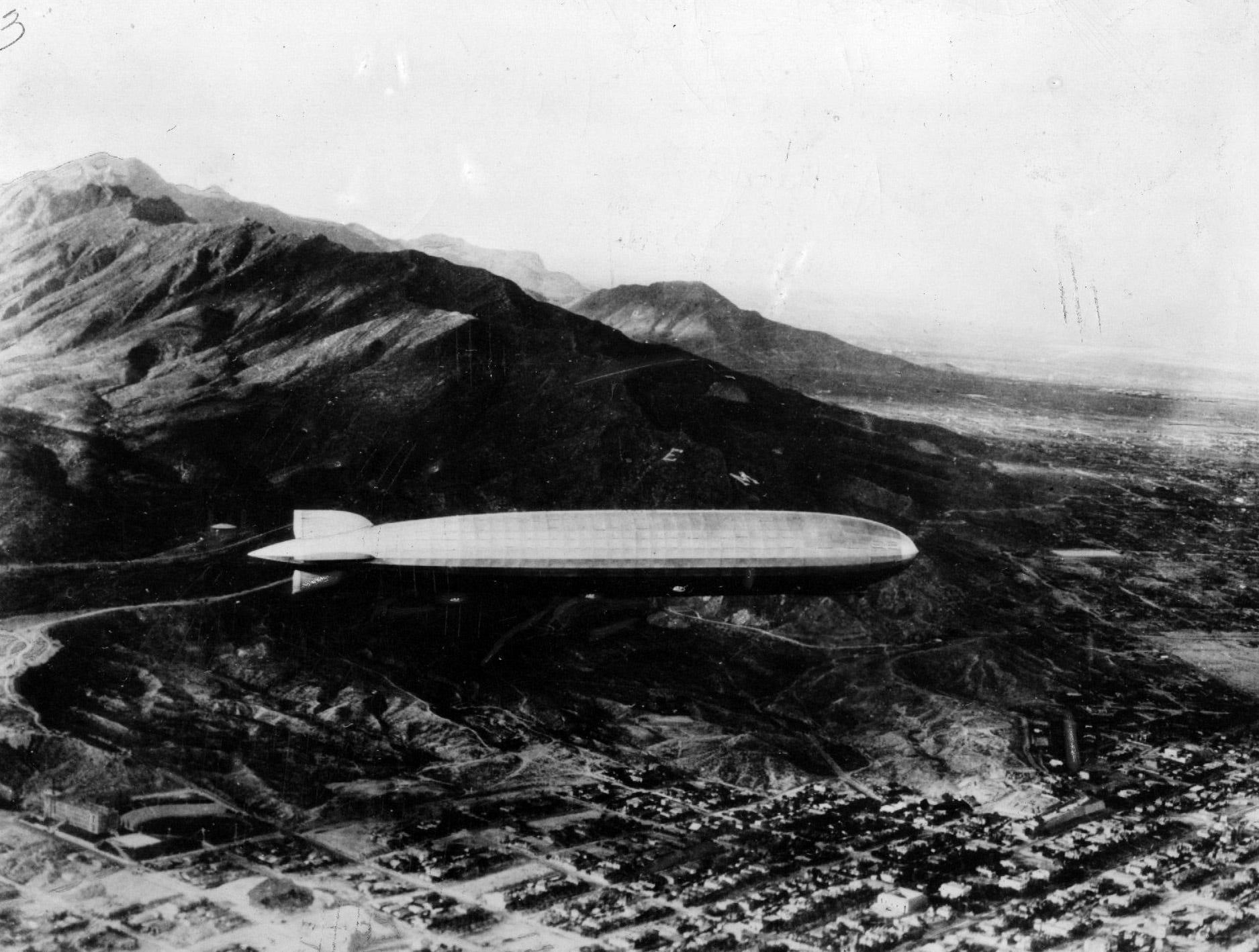 Zeppelin flies over El Paso on flight around the world