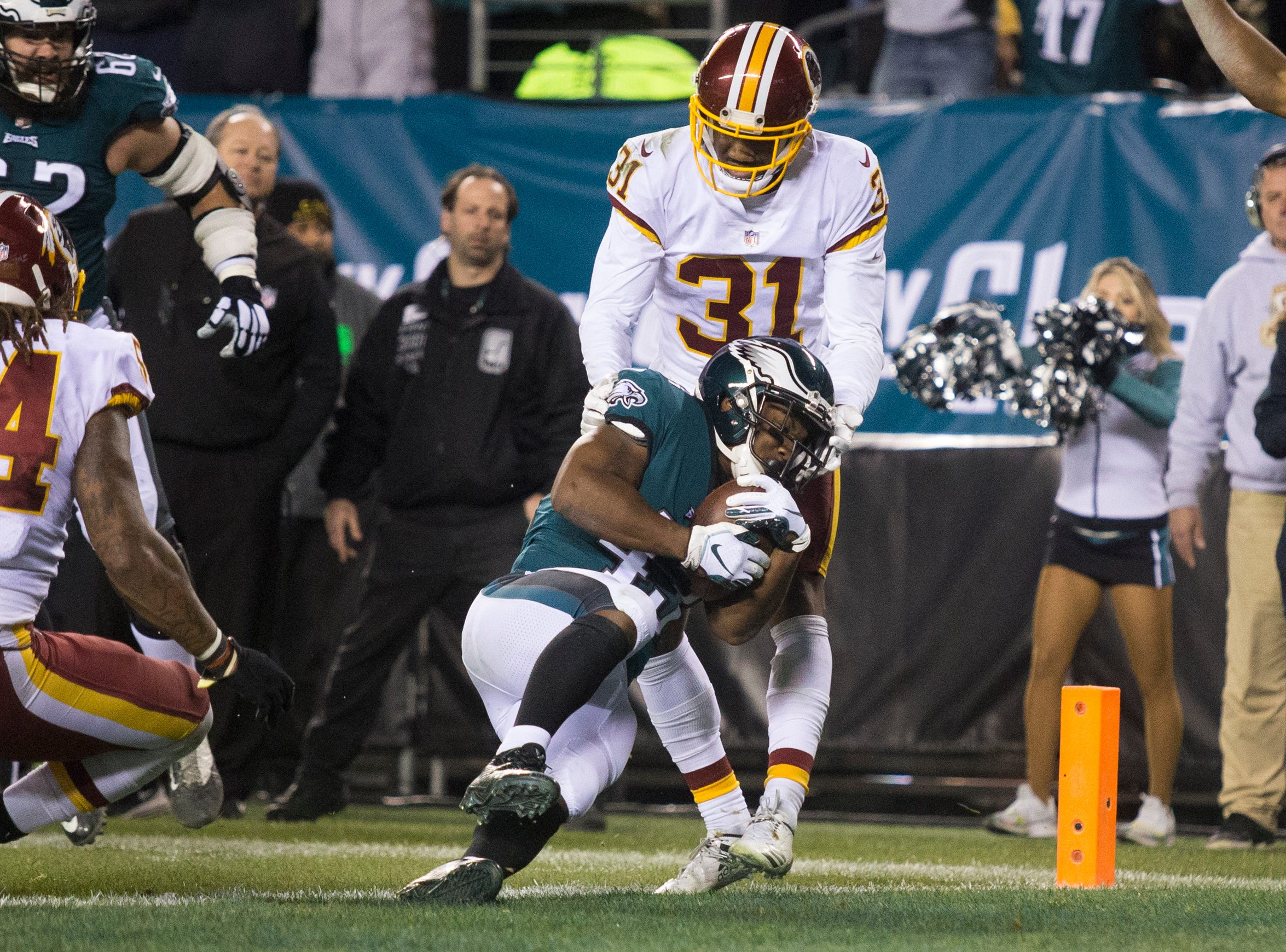 Eagles Darren Sproles (43) finds a way into the end zone Monday night against the Redskins.