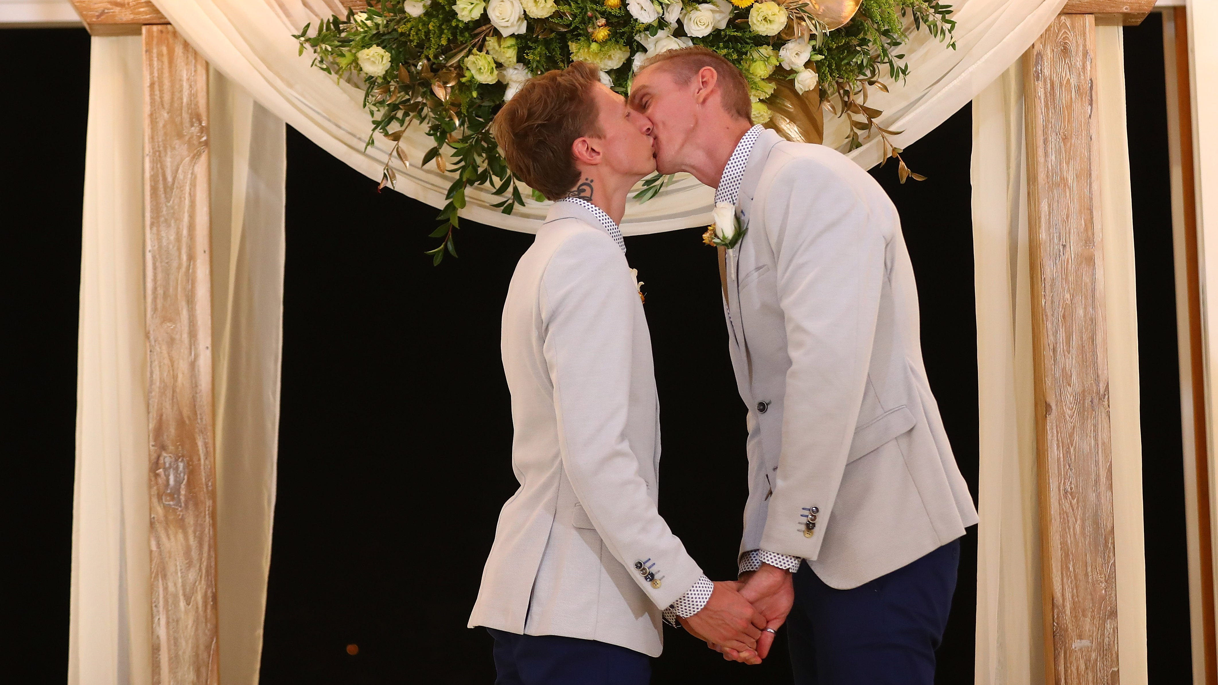 Woman acts as stand-in mom at same-sex weddings when biological parents don't show