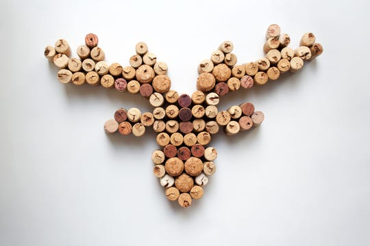There are so many things you can make with wine corks, such as this reindeer head silhouette.