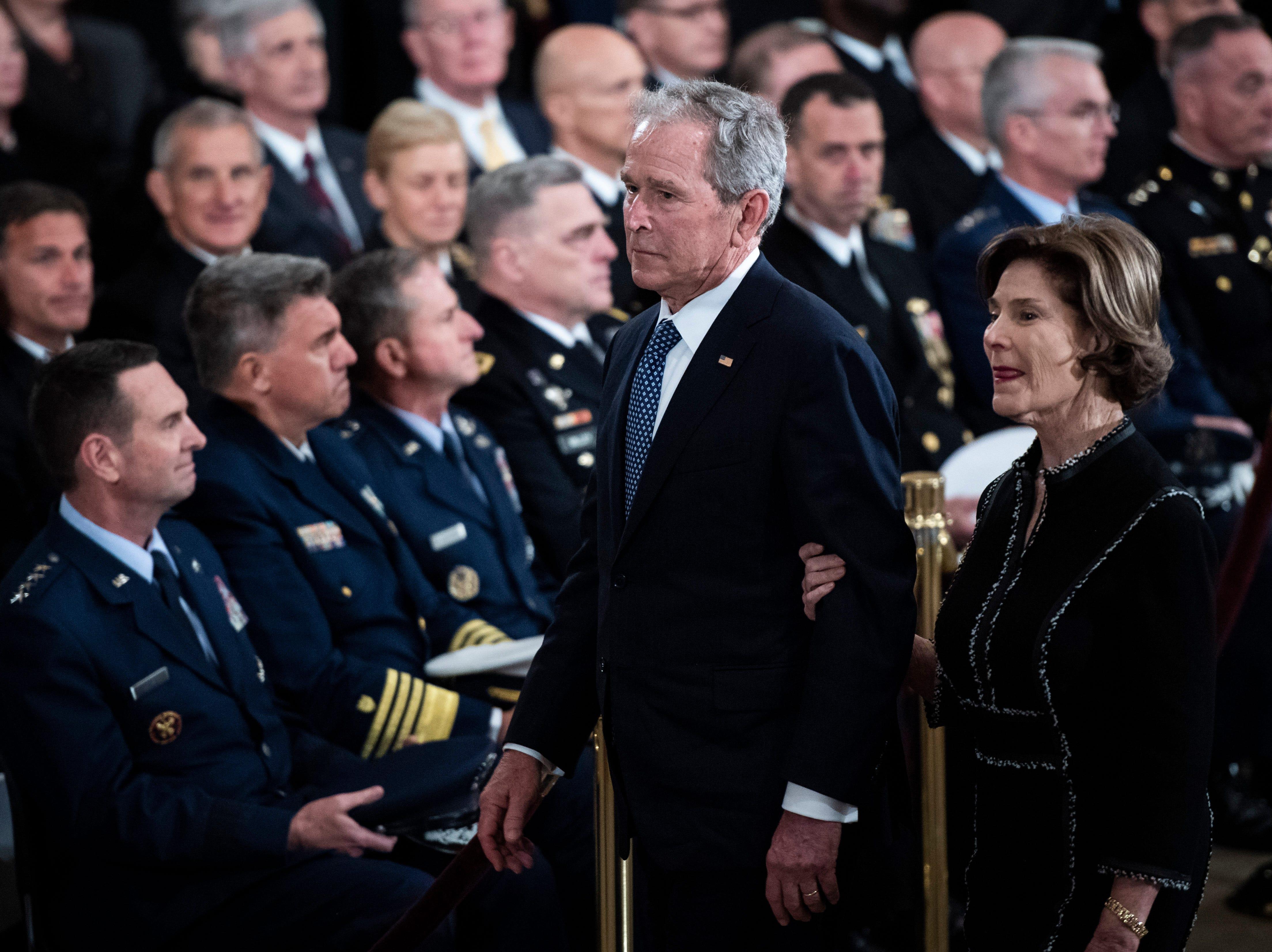El ex presidente de los Estados Unidos George W. Bush y la ex primera dama Laura Bush parten después de las ceremonias del ex presidente de los Estados Unidos, George H.W. Bush en la Rotonda del Capitolio de los Estados Unidos el 3 de diciembre de 2018 en Washington, DC.
