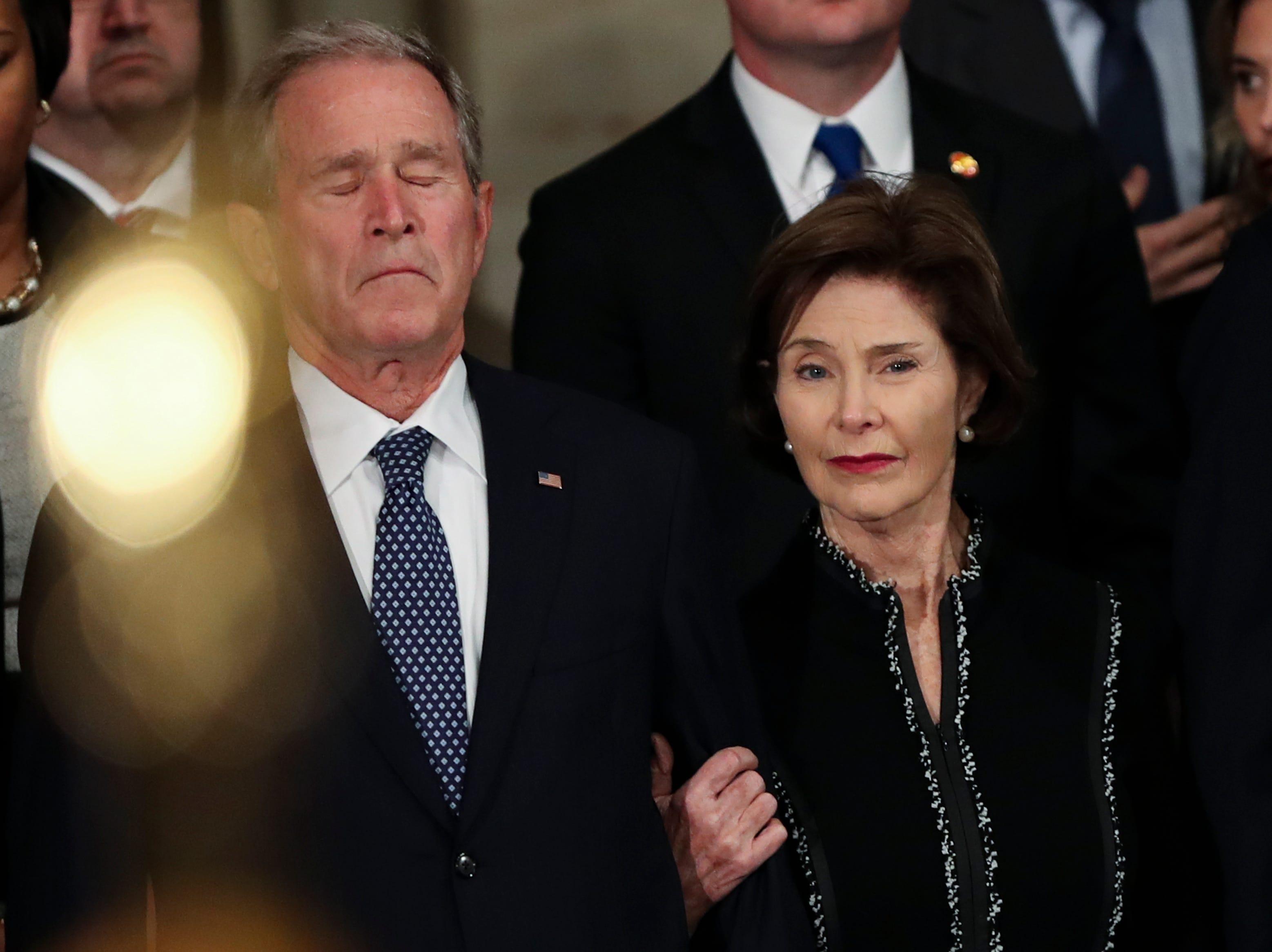 El ex presidente de los Estados Unidos George W. Bush y la ex primera dama Laura Bush durante la ceremonias del ex presidente de los Estados Unidos, George H.W. Bush en la Rotonda del Capitolio de los Estados Unidos el 3 de diciembre de 2018 en Washington, DC.