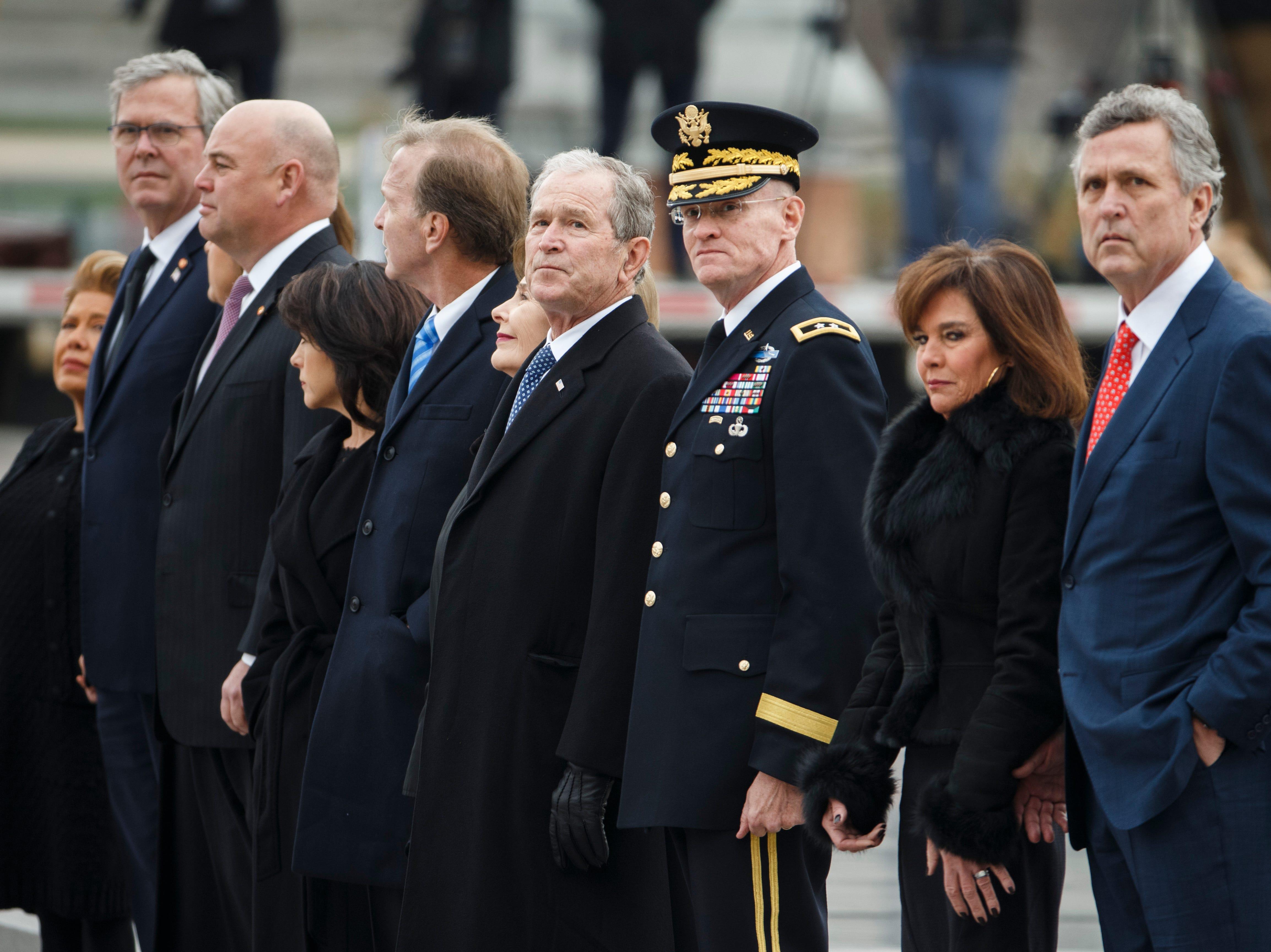 El ex presidente de los EE. UU., George W. Bush y los miembros de la familia Bush, observan como un guardia de honor del servicio conjunto lleva el ataúd del ex presidente de los EE. UU., George H.W. Bush salió del Capitolio de los EE. UU. el 5 de diciembre de 2018 en Washington, DC.