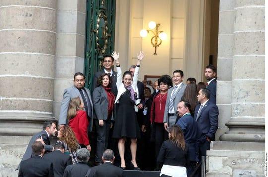 Claudia Sheinbaum, la primera mujer electa para ejercer el cargo, toma protesta en el Congreso de la Ciudad de México.