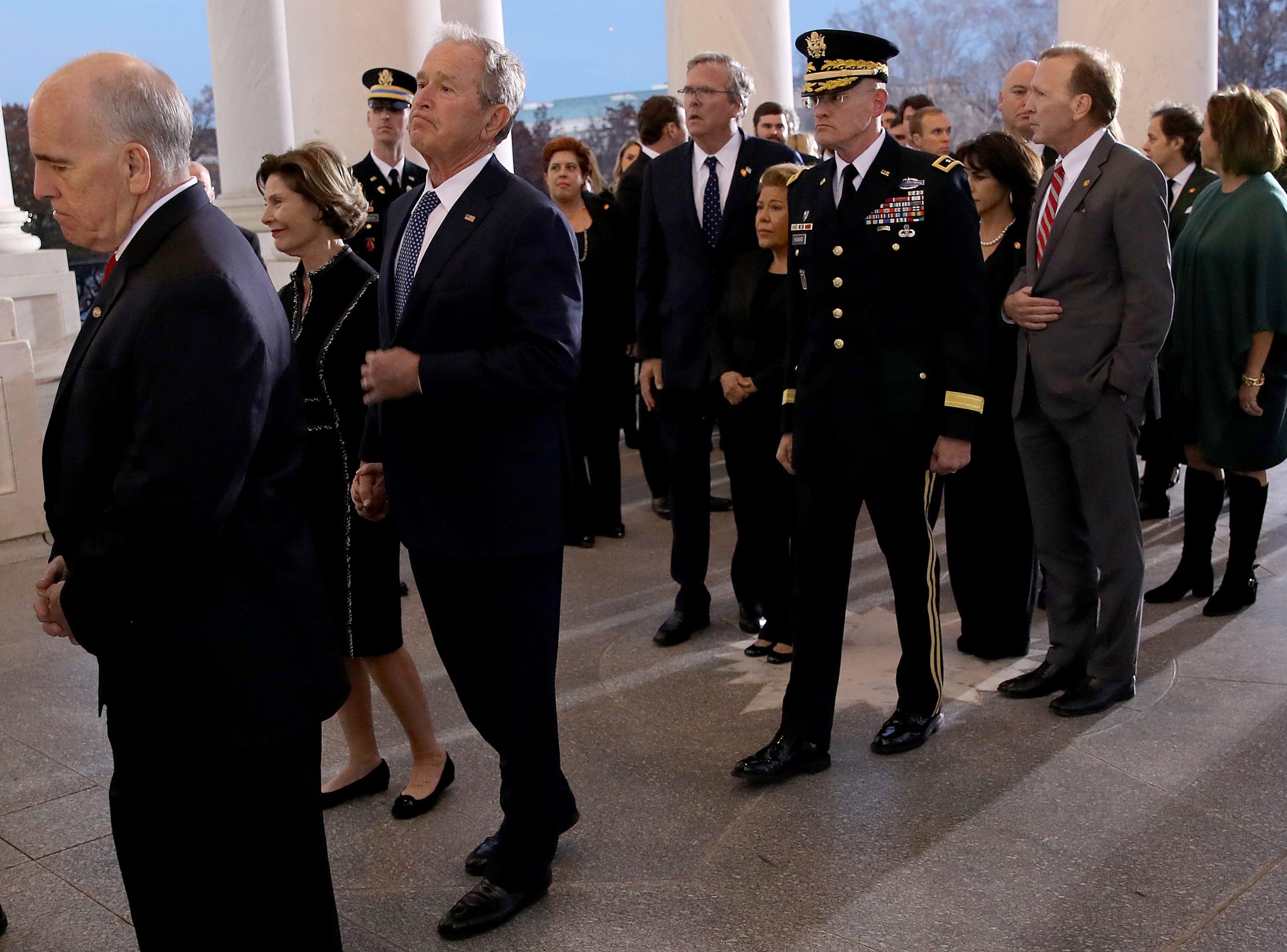 El ex presidente de los EE. UU., George W. Bush, y los miembros de su familia, siguen el ataúd que lleva a su padre, el ex presidente de los EE. UU., George H. W. Bush, al Capitolio de los EE. UU. El 3 de diciembre de 2018 en Washington, DC.