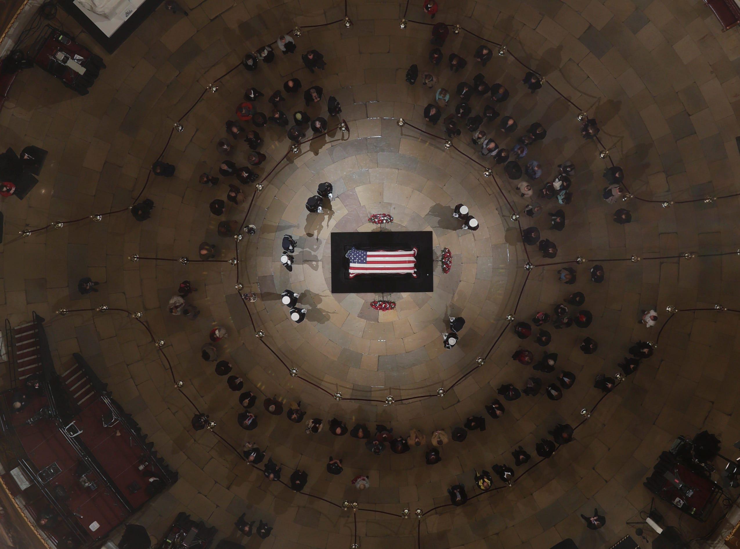 El ataúd cubierto con la bandera de Estados Unidos del fallecido ex presidente George H.W. Bush se encuentra en el estado en Capitol Rotunda el 5 de diciembre de 2018 en Washington, DC.