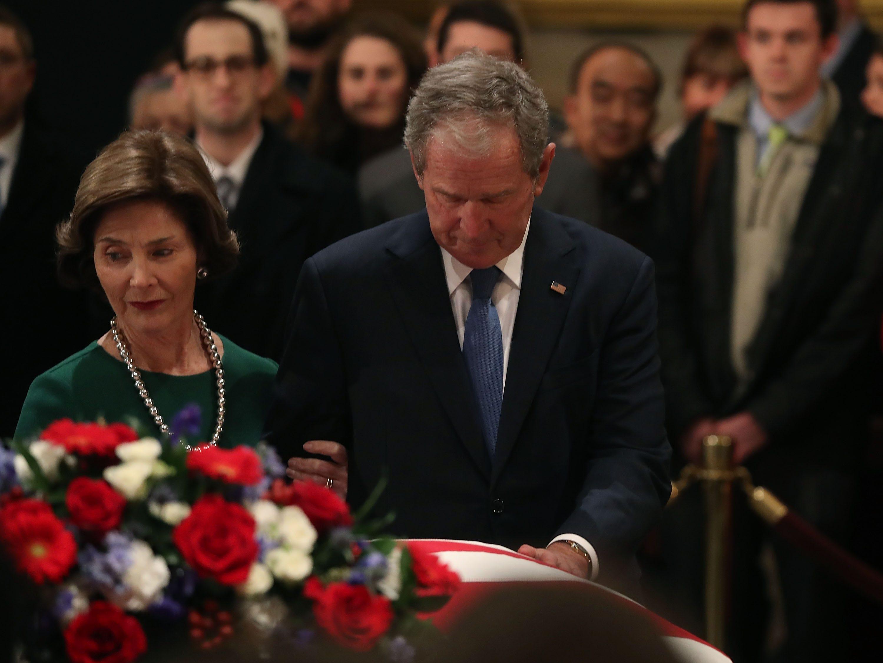 El ex presidente de los Estados Unidos George W. Bush y su esposa Laura Bush presentan sus respetos frente al ataúd del fallecido ex presidente George H.W. Bush se encuentra en la Rotonda del Capitolio de los Estados Unidos, el 4 de diciembre de 2018 en Washington, DC.