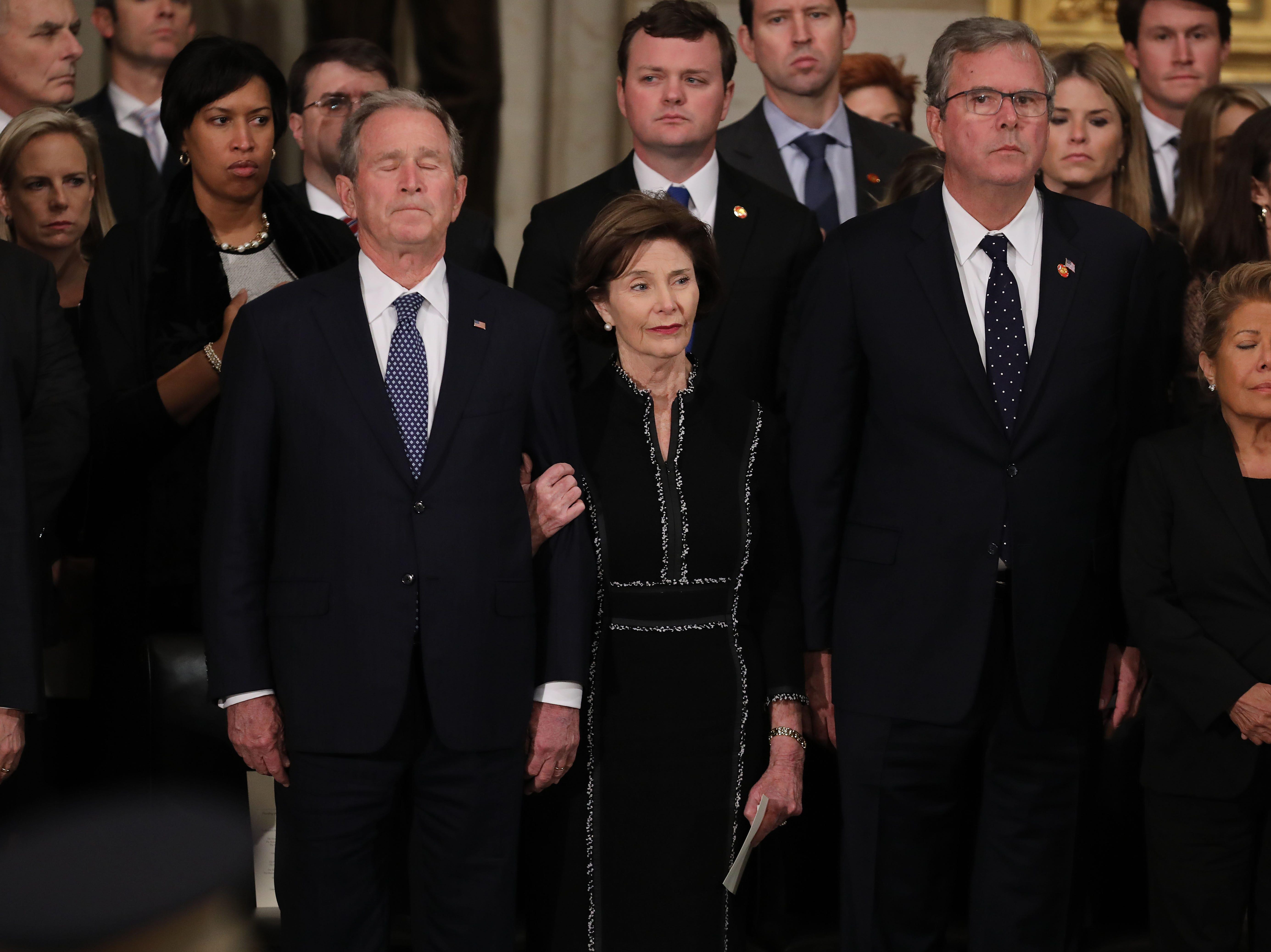 El ex presidente de los Estados Unidos George W. Bush, la ex primera dama Laura Bush, el ex gobernador de Florida Jeb Bush y Columba Bush asisten a un servicio conmemorativo para el ex presidente George H.W. Bush en la Rotonda del Capitolio de Estados Unidos el 3 de diciembre de 2018 en Washington, DC.