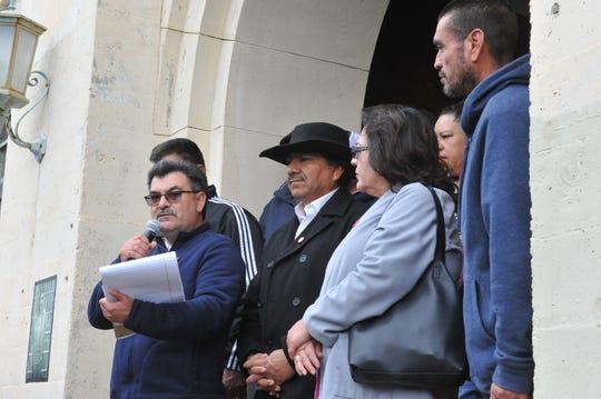 La directora regional de UFW, Laura Barajas, a la izquierda, de pie junto a integrantes del sindicato durante la ceremonia de develación de una placa en la antigua Cárcel del Condado de Monterey, donde estuvo preso César Chávez.