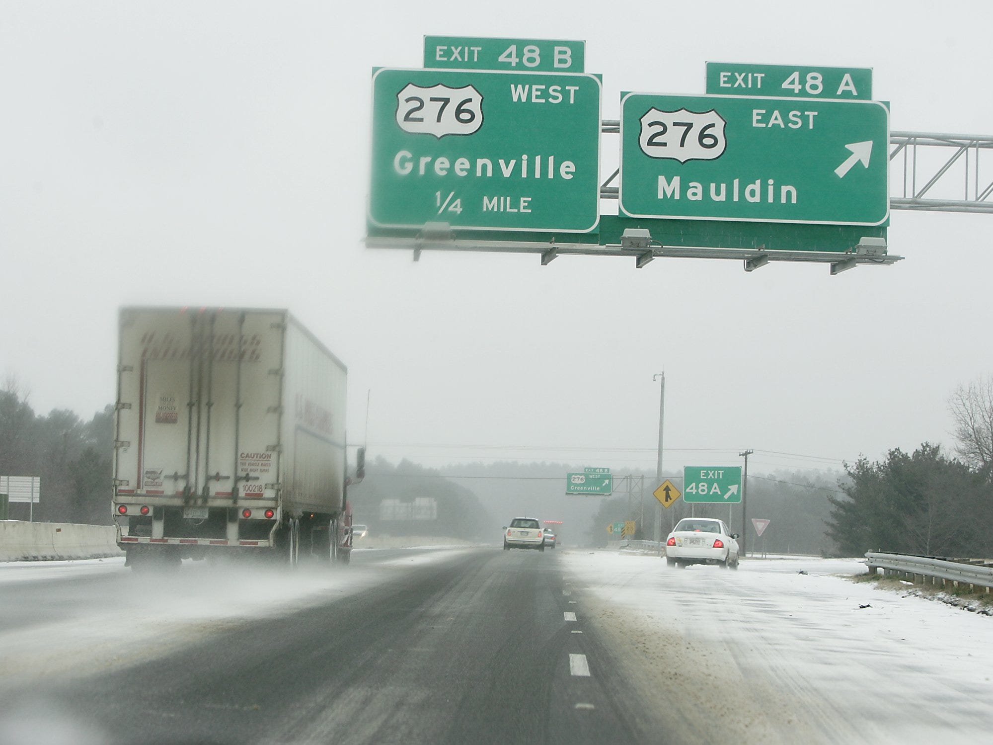 Motorist make thier way through the snow and ice on I 85 North in Greenville, Saturday, January 29, 2005.