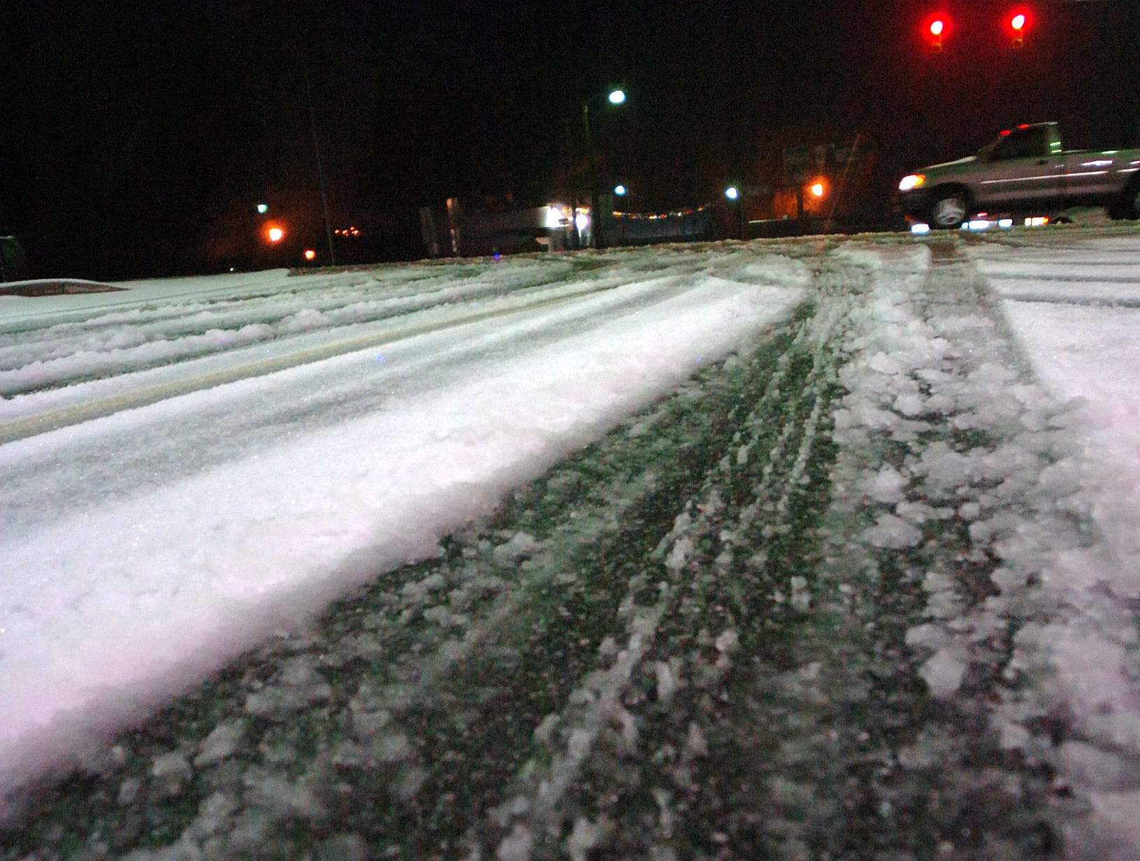 Snow on the roads in Belton early Thursday, February 1, 2007.