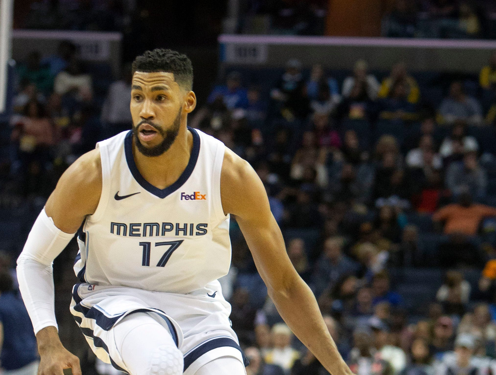 Memphis Grizzles guard Garrett Temple (17)  controls the ball during a NBA basketball game between the Memphis Grizzlies and the  Los Angeles Clippers in the Fedex Forum, Wednesday, Dec. 5, 2015.