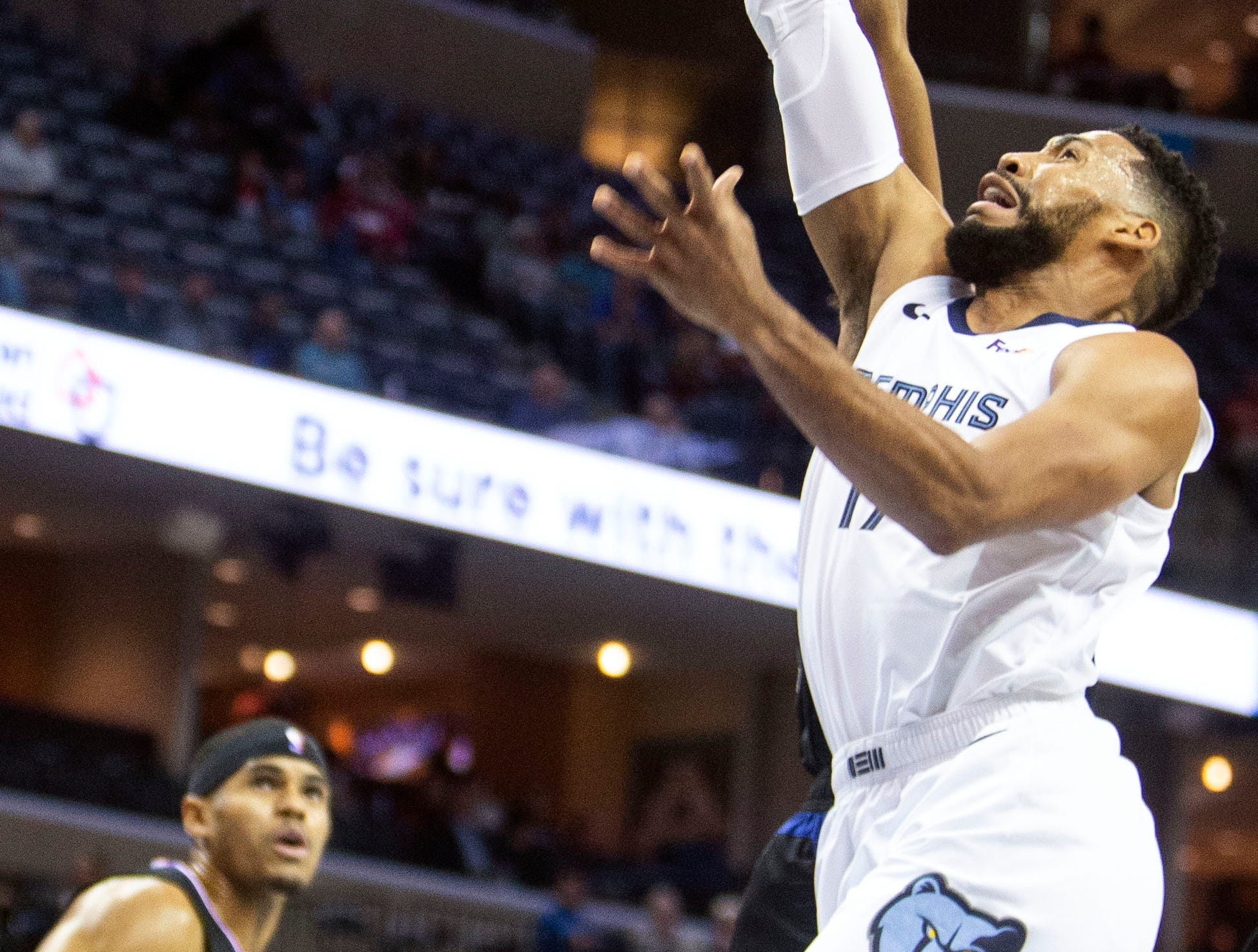 Memphis Grizzles guard Garrett Temple (17) shoots over   during the first half of a NBA basketball game between the Memphis Grizzlies and the  Los Angeles Clippers in the Fedex Forum, Wednesday, Dec. 5, 2018.