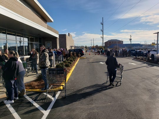 Hundreds line up for the chance to shop at the grand opening of the Prattville ALDI grocery store.