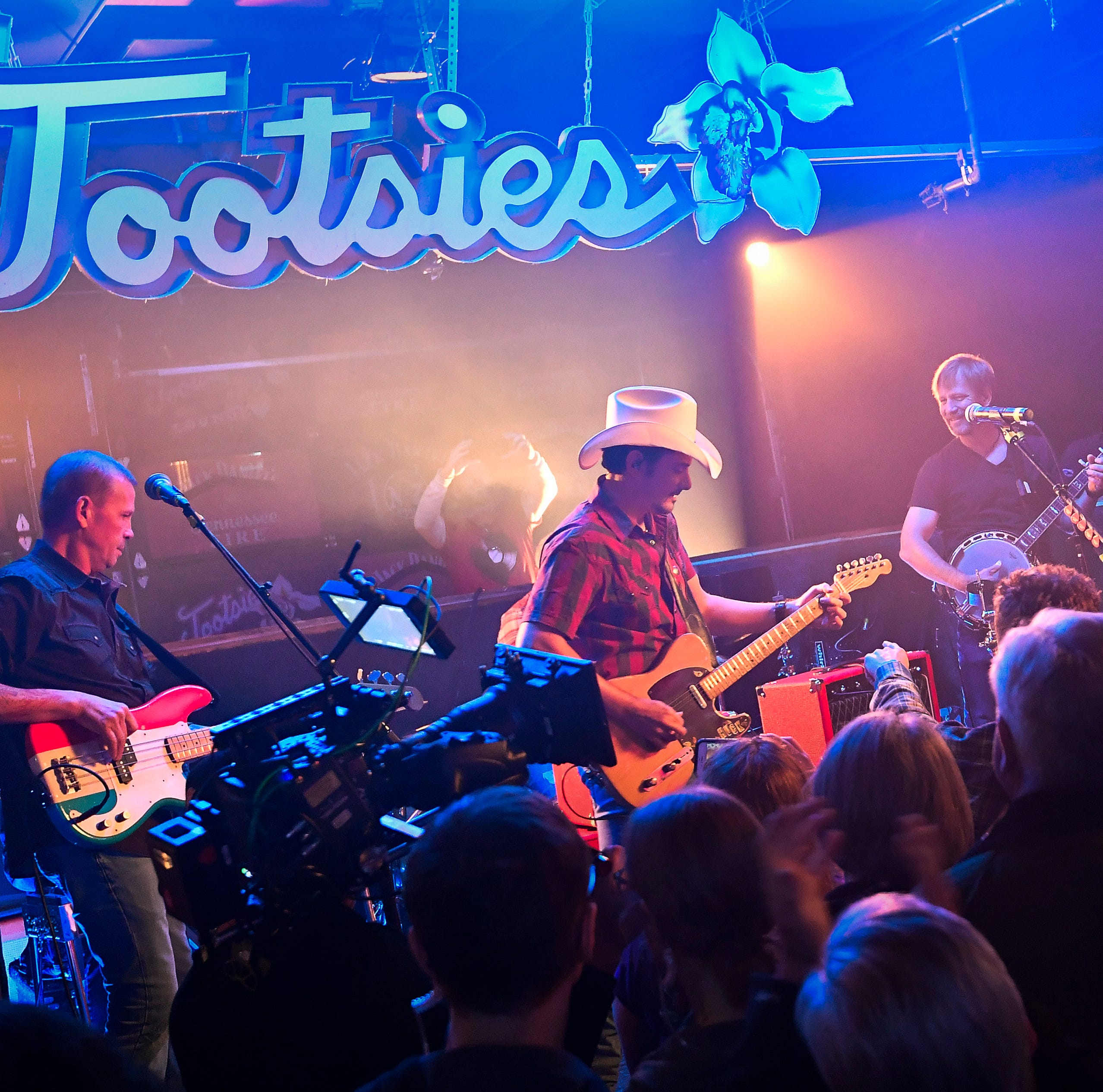 Brad Paisley takes over Tootsies for video shoot