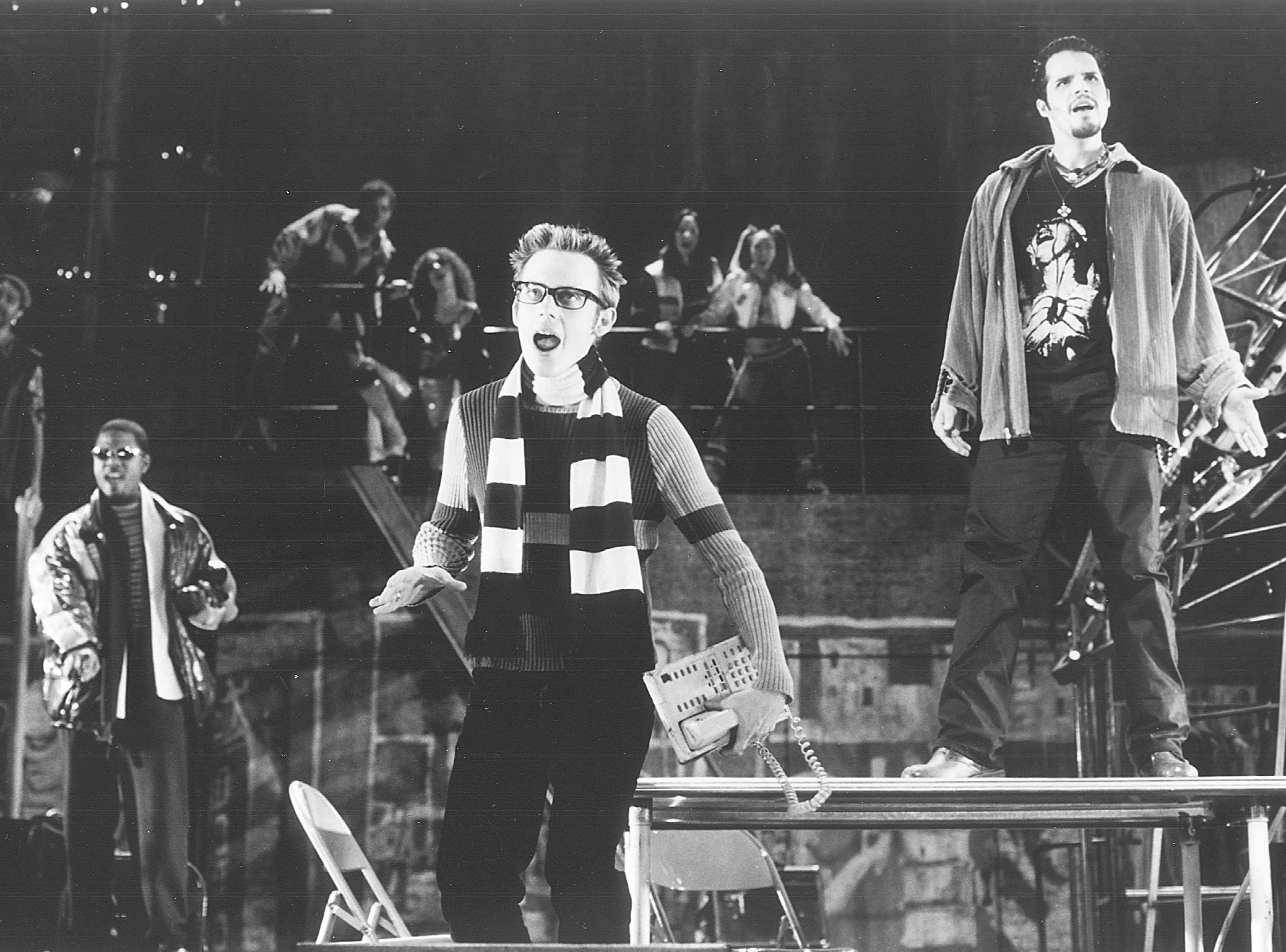 GUIDE 07P FOR 3/07/99 SUNDAY CUE SECTION - THE COMPANY IN A SCENE FROM RENT, THE PULITZER PRIZE AND TONY AWARD-WIMMING MUSICAL WRITTEN BY JONATHAN LARSON AND DIRECTED BY MICHAEL GREIF - PHOTO BY JOAN MARCUS - PERFROMING ARTS CENTER, MILWAUKEE, WI