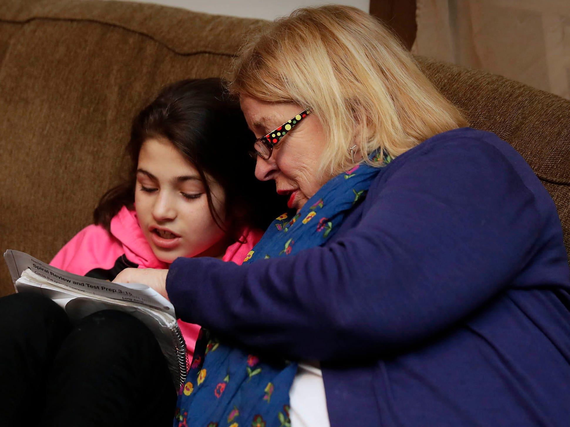 Yasmin Hamdoun, 10, enjoys reading with Anne Catalane.