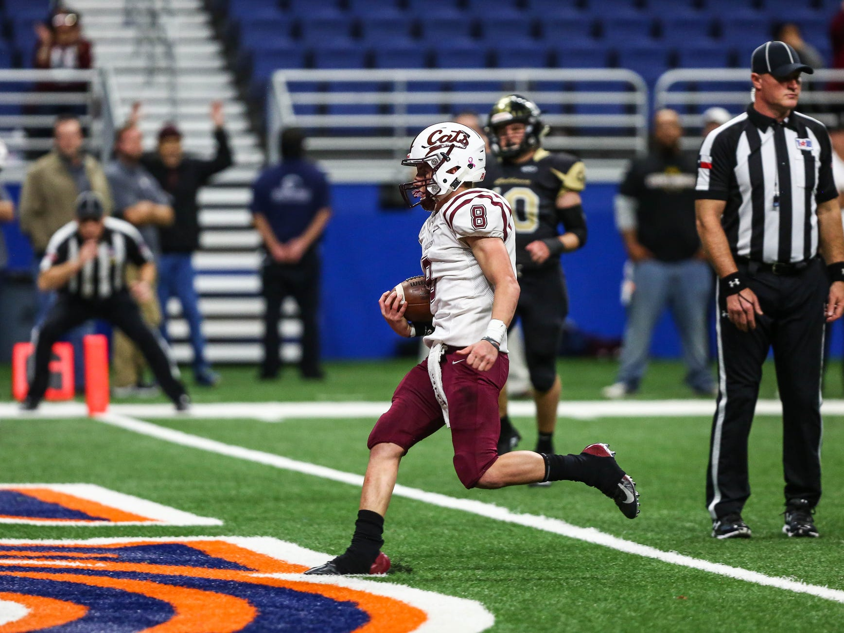 Calallen's Jarrett Garza scores a touchdown during Friday's game at the Alamodome.