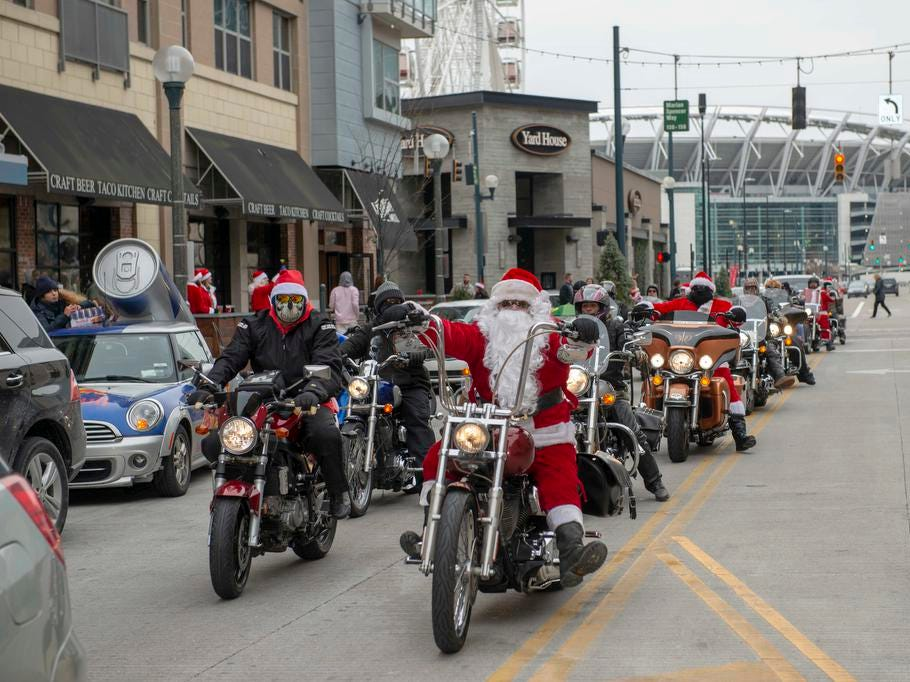 Cincinnati SantaCon 2018 brought hundreds of people dressed as Santa Claus and other Christmas characters to The Banks to spread good cheer and charity. The 2018 Santa Ride.