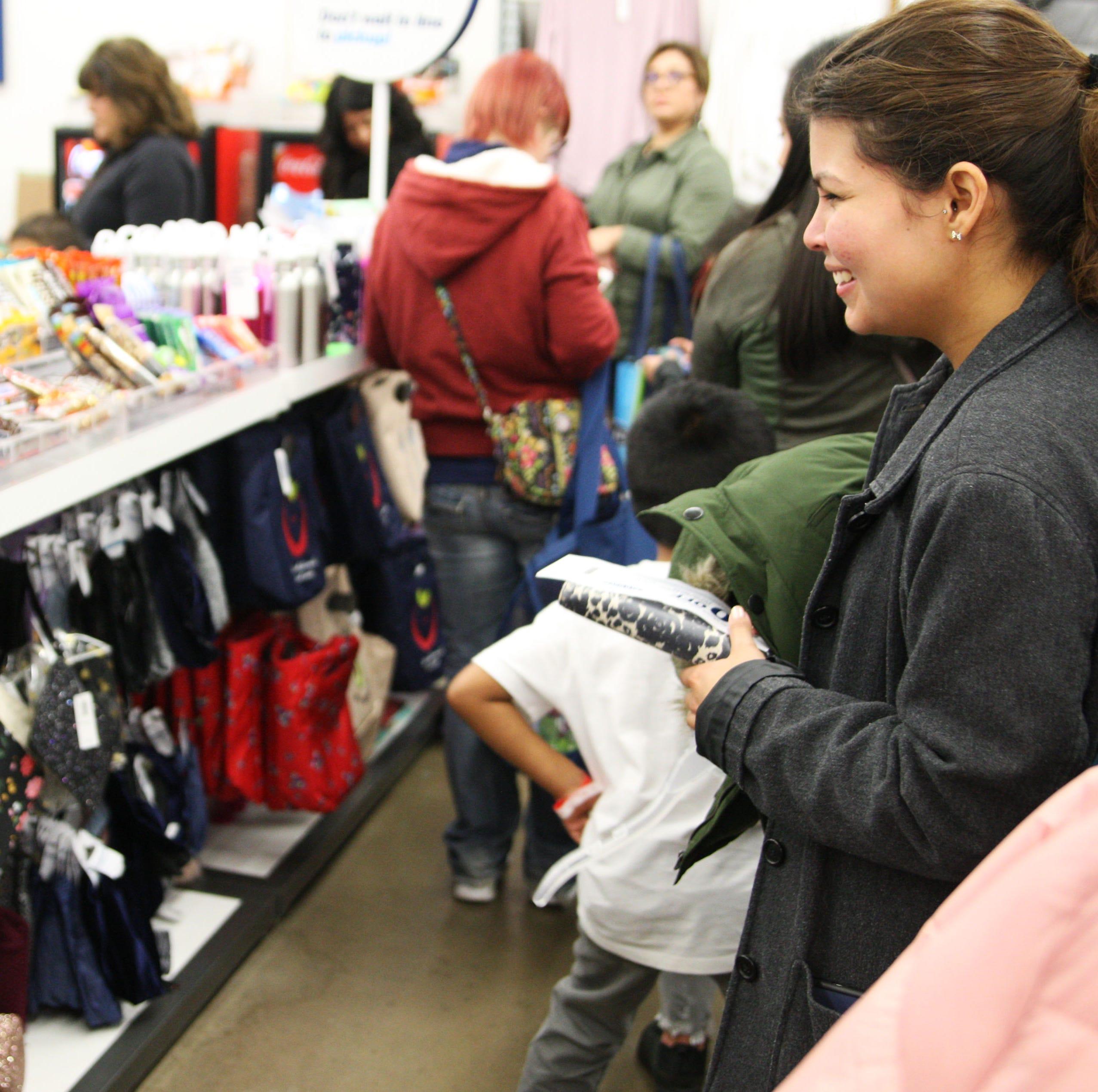 Disfrutan niños al adquirir ropa de invierno durante compras de Navidad
