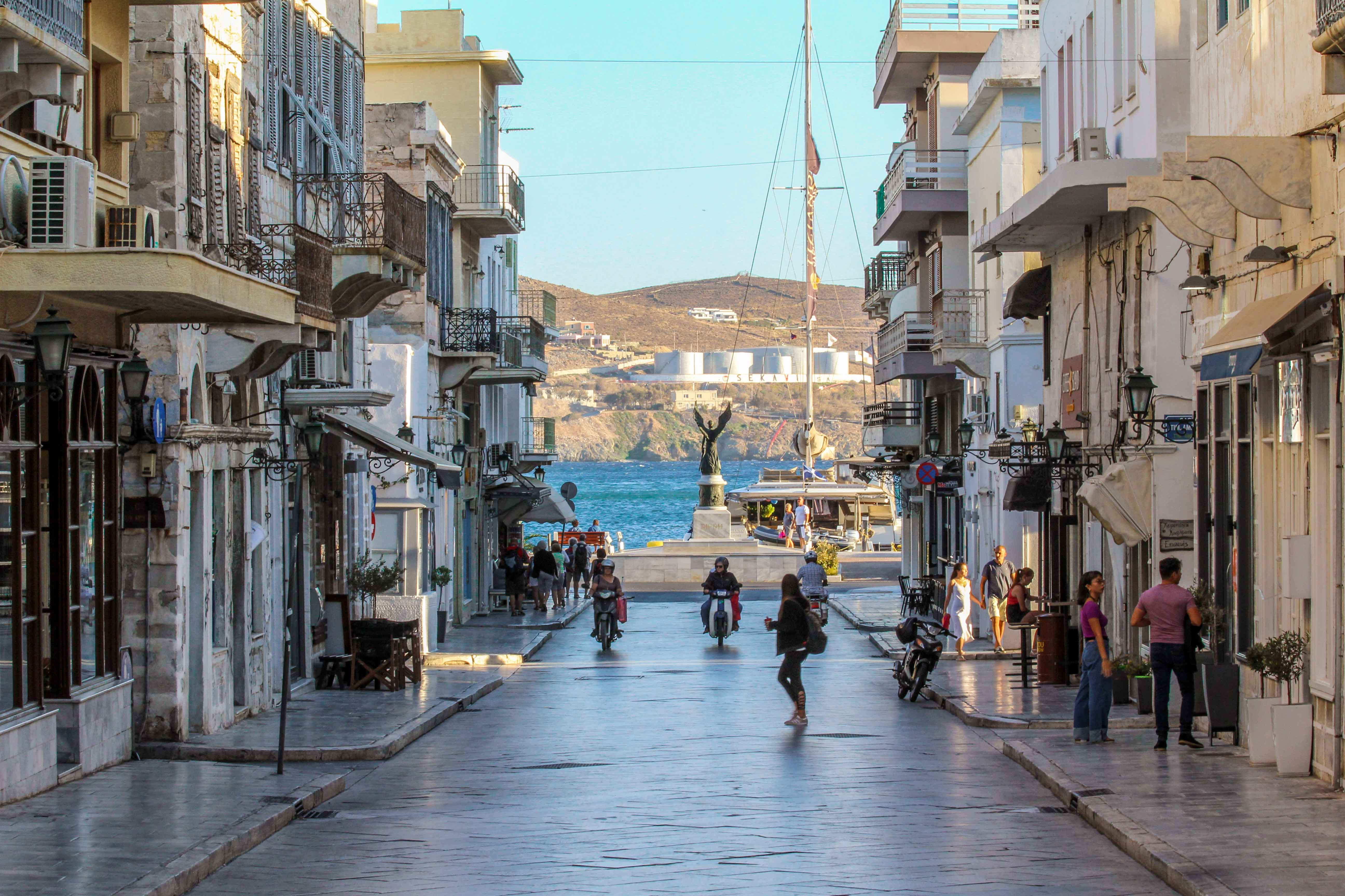 On Syros old meets new. When meandering the charming side streets of Ermoupolis, one finds many quaint cafes and elegant boutique shops.