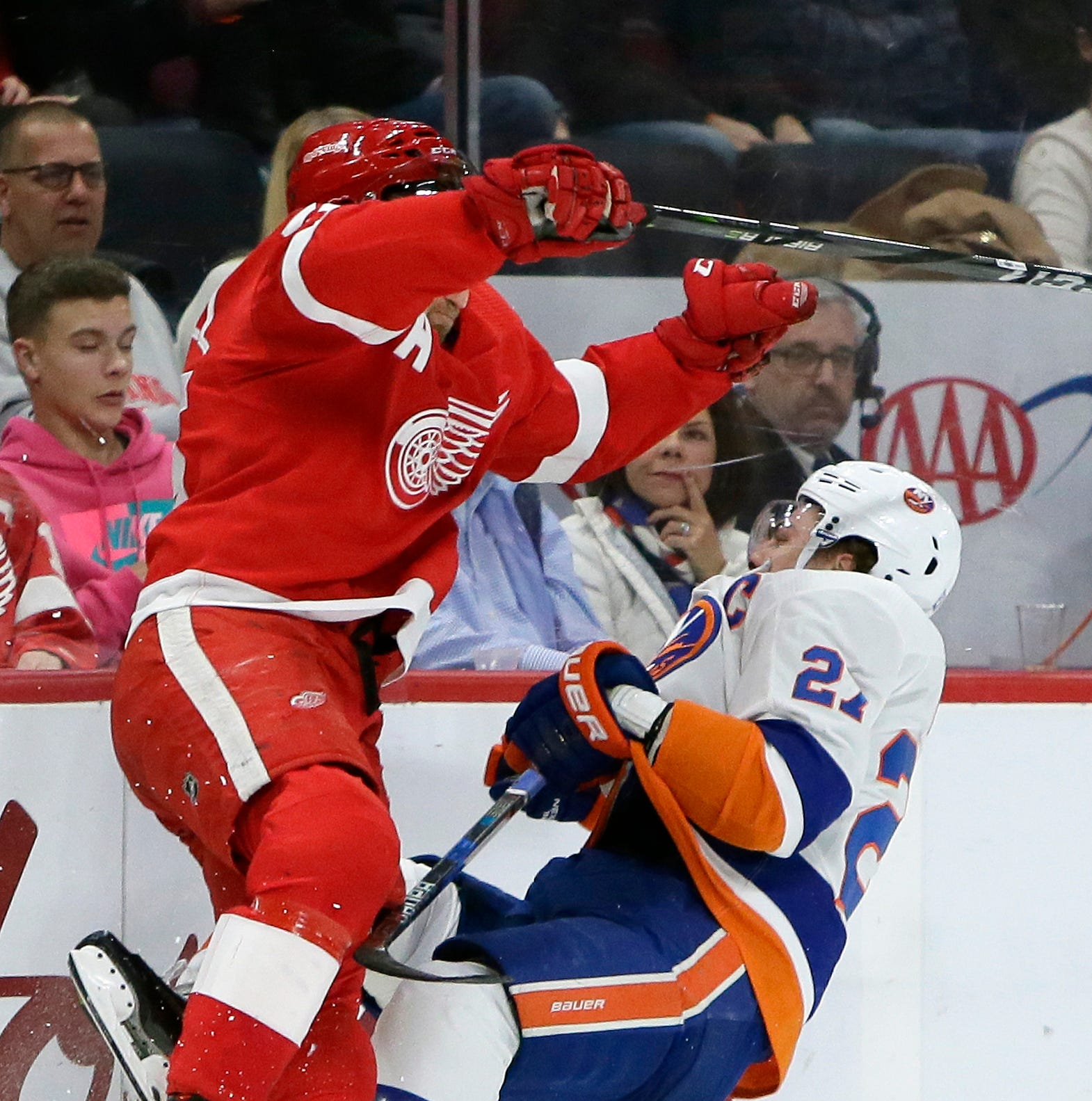 Detroit Red Wings stand up for one another but fall to Islanders