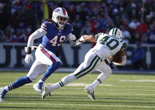 Bills rookie linebacker Tremaine Edmunds chases down Jets running back Trenton Cannon.