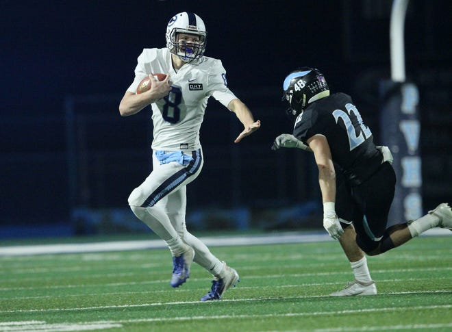 Central Valley Christian's Eric Dragt runs in a state football championship game in Chico.