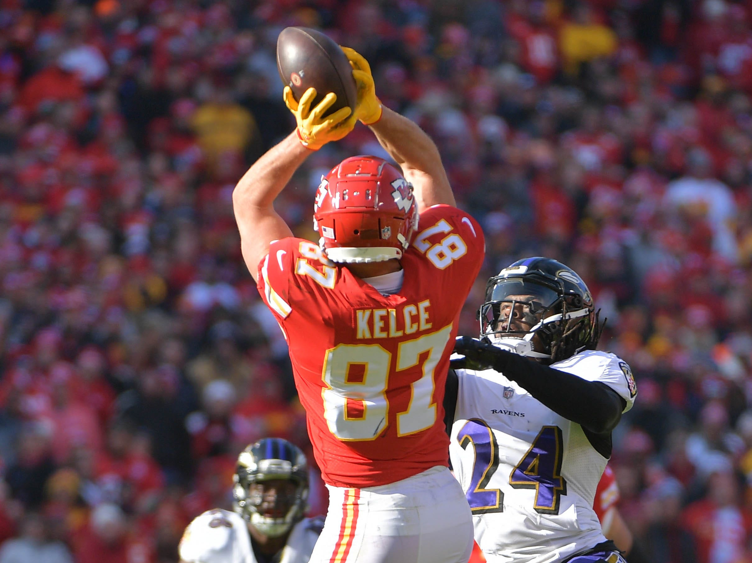 Chiefs tight end Travis Kelce makes a catch against the Ravens.