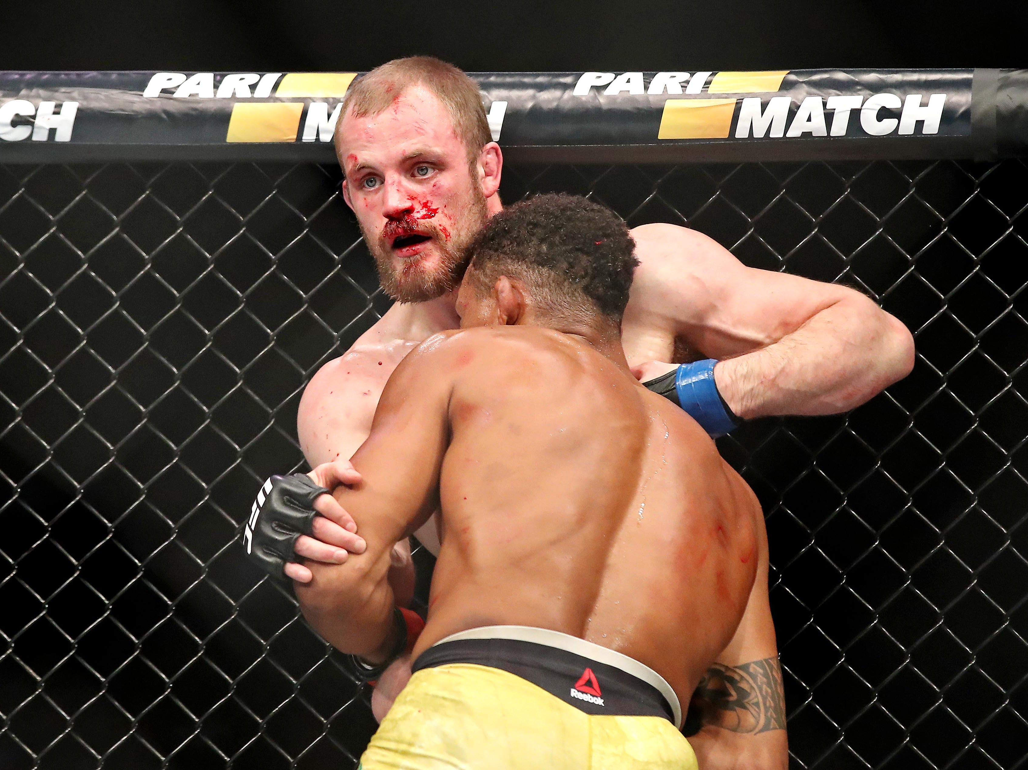 Alex Oliveira (red gloves) fights Gunnar Nelson (blue gloves) during UFC 231 at Scotiabank Arena.