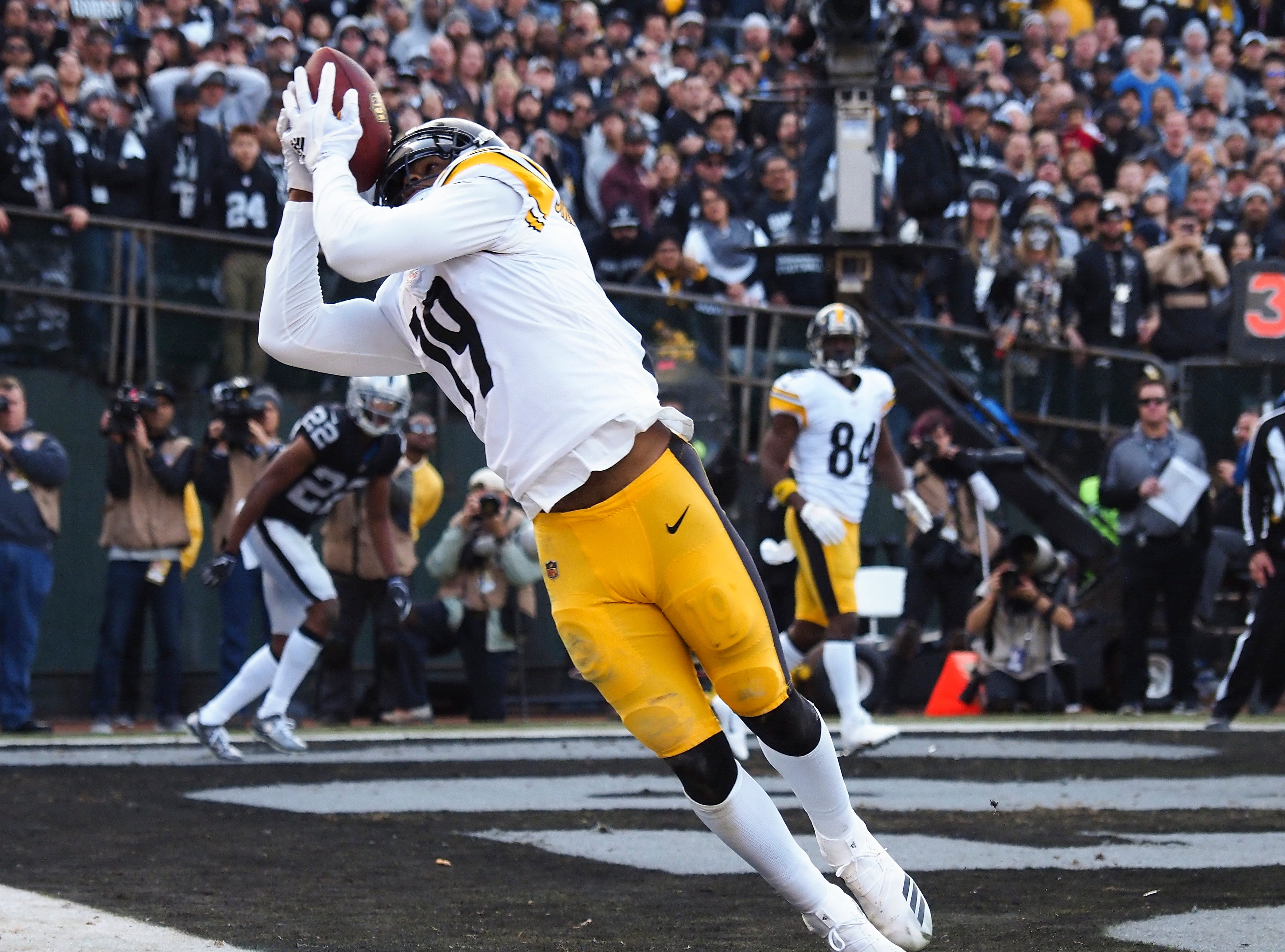 Steelers wide receiver JuJu Smith-Schuster makes a catch in the second quarter against the Raiders.
