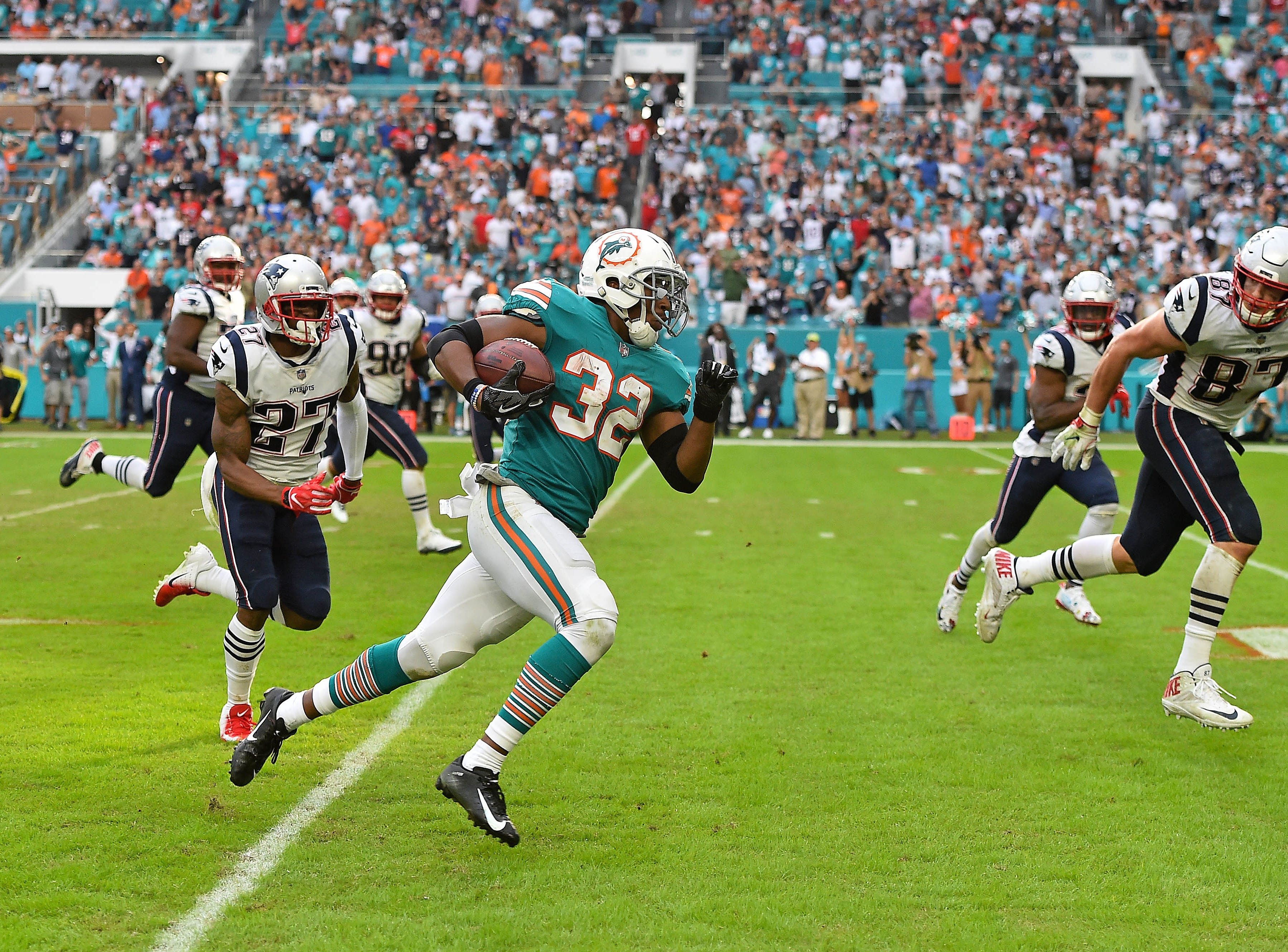 Dolphins running back Kenyan Drake runs the ball on a flea-flicker to score against the Patriots.