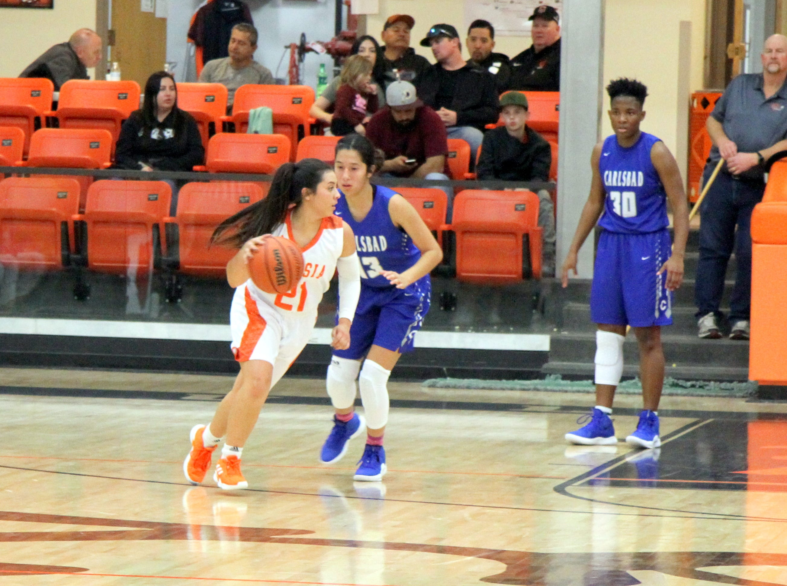 Kyrah Gonzales (21) looks for a teammate during Saturday's third-place game in Artesia.