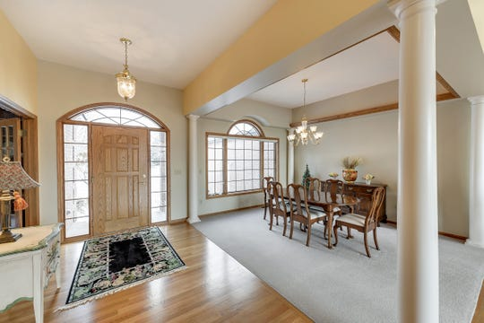 The dining room is offset by four white pillars that exude an elegant and refined aura.